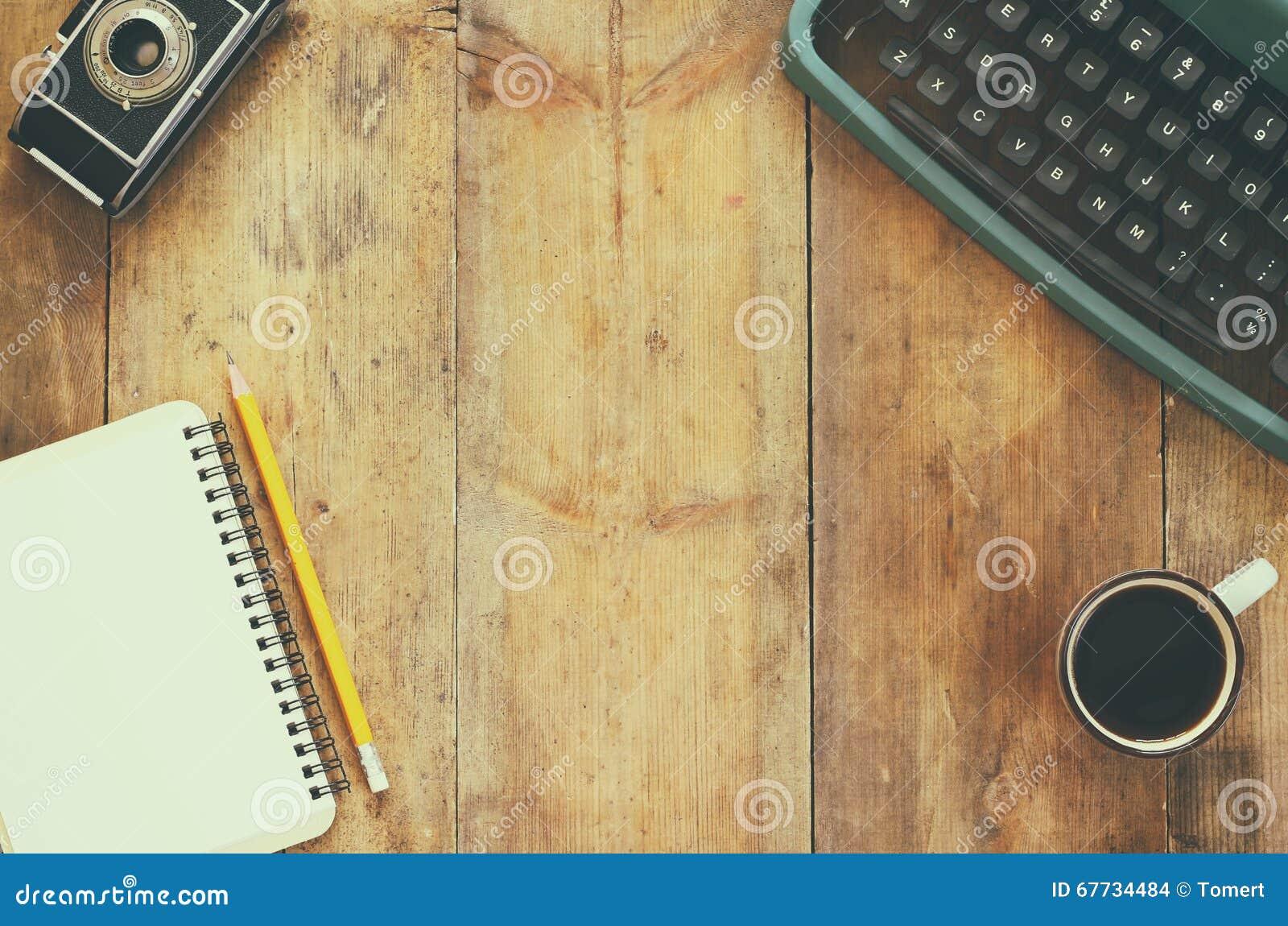 Draufsichtfoto der weinleseschreibmaschine des leeren for Holztisch retro