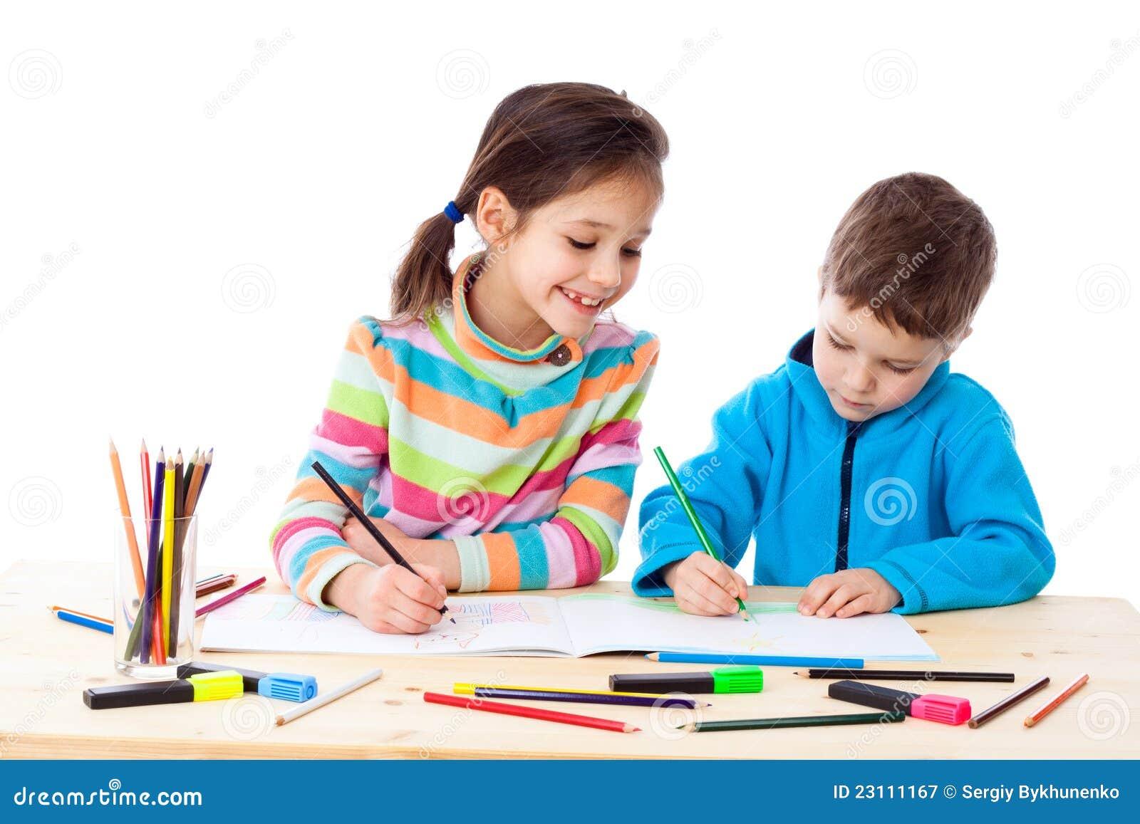Draw för två liten ungar med crayons