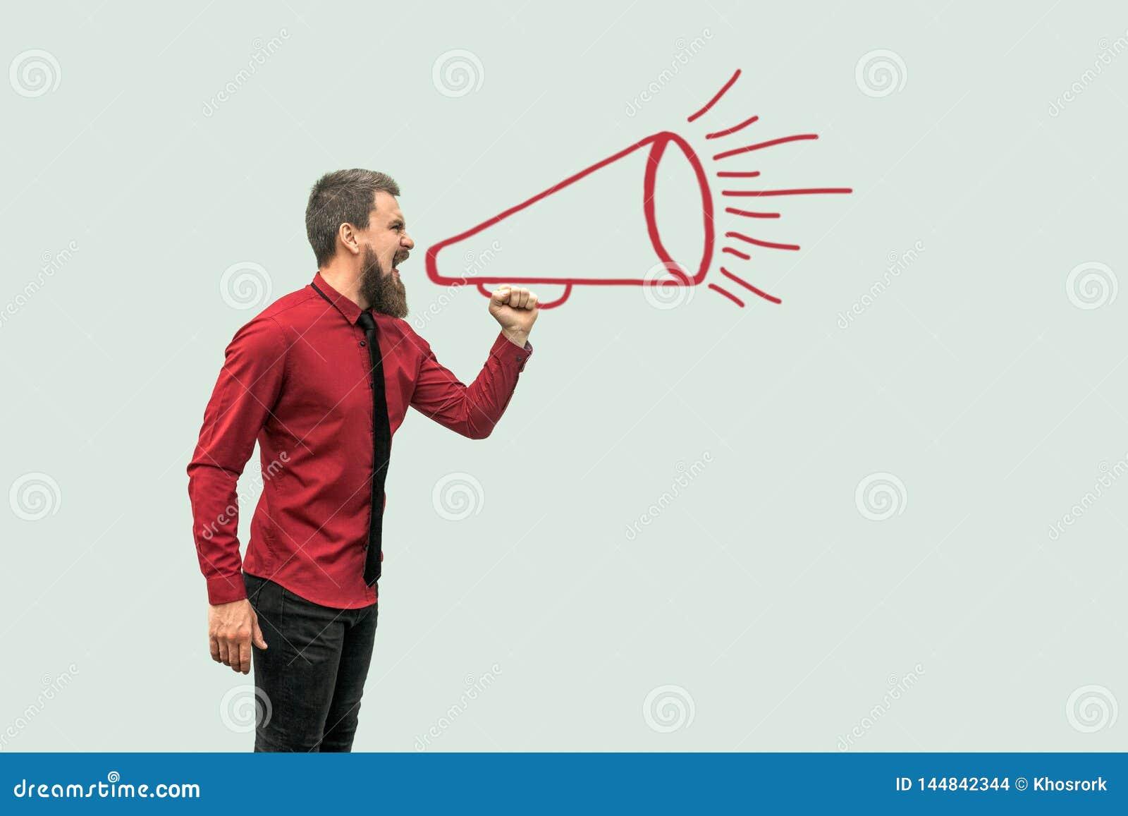 Drawed het portret van het profiel zijaanzicht van de knappe gebaarde mens in rood en overhemd die zich megafoon bevinden schreeu