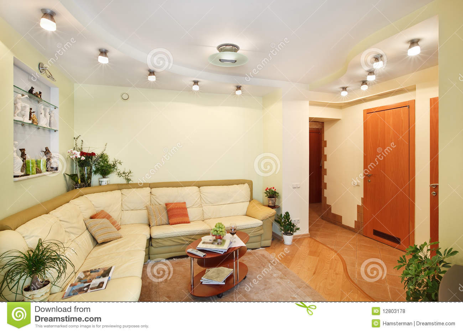 Drawing-room com o sofá e passagem de couro bege