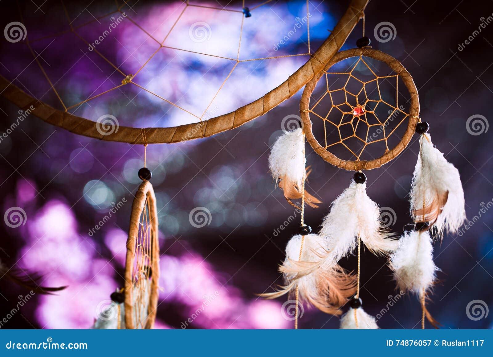 Dreamcatcher σε ένα κλίμα του πορφυρού σκοταδιού ηλιοβασιλέματος
