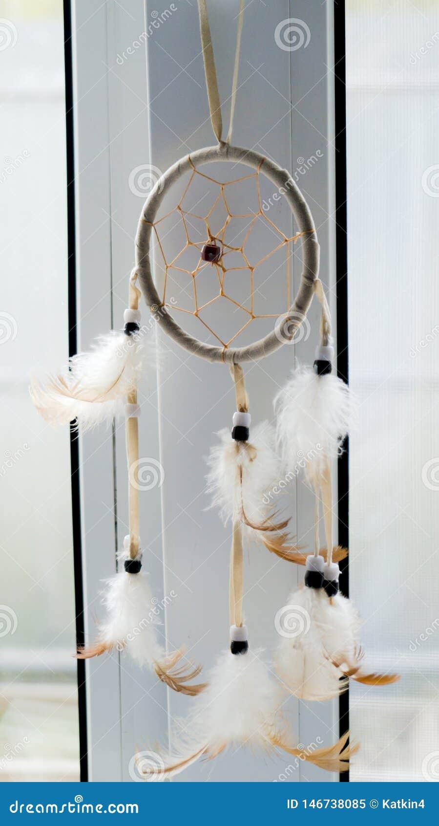 Dreamcatcher som hänger på fönstret Vitt och ljust - brunt