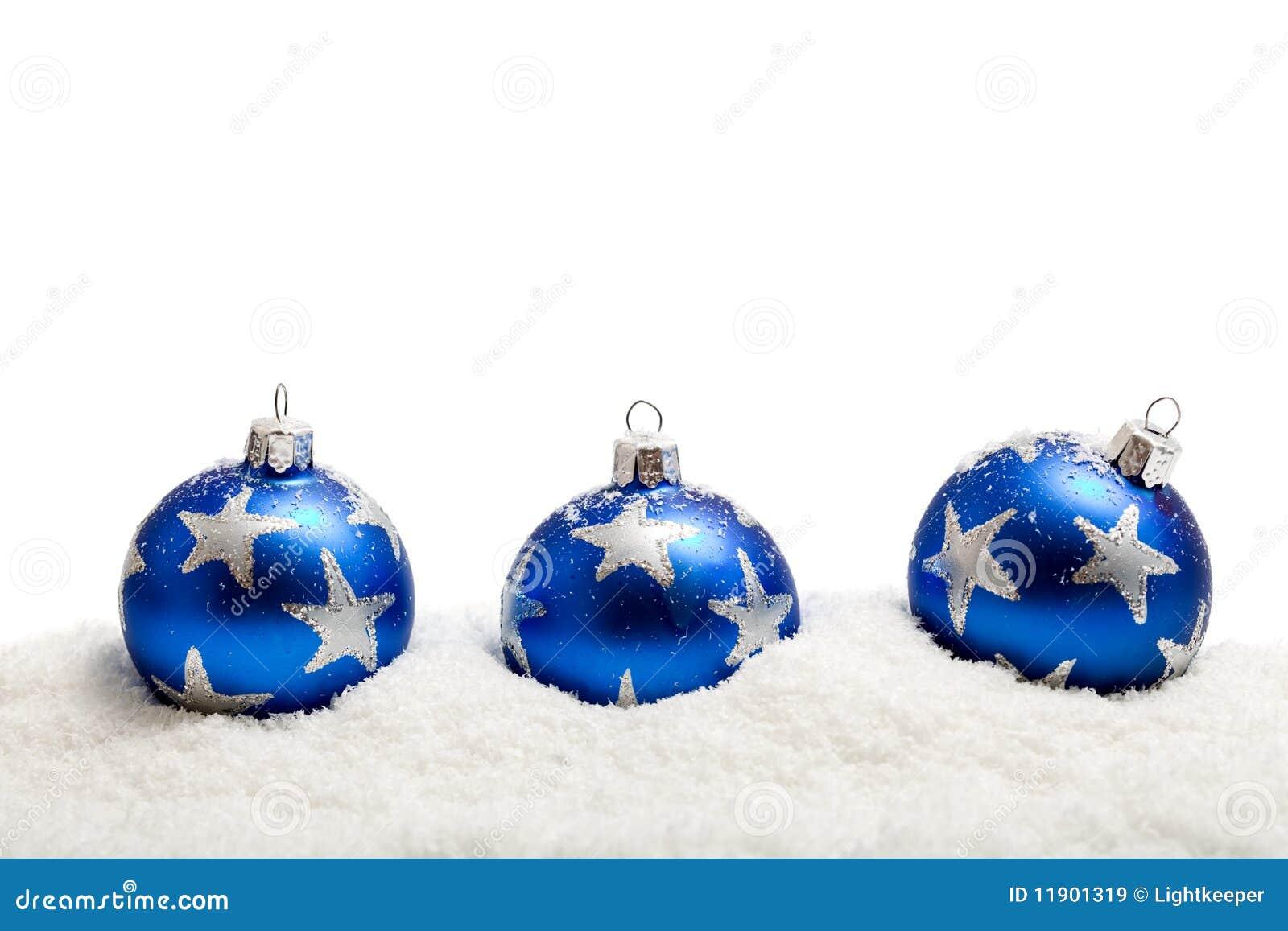 Drei blaue weihnachtskugeln im schnee getrennt stockbild - Bilder weihnachtskugeln ...