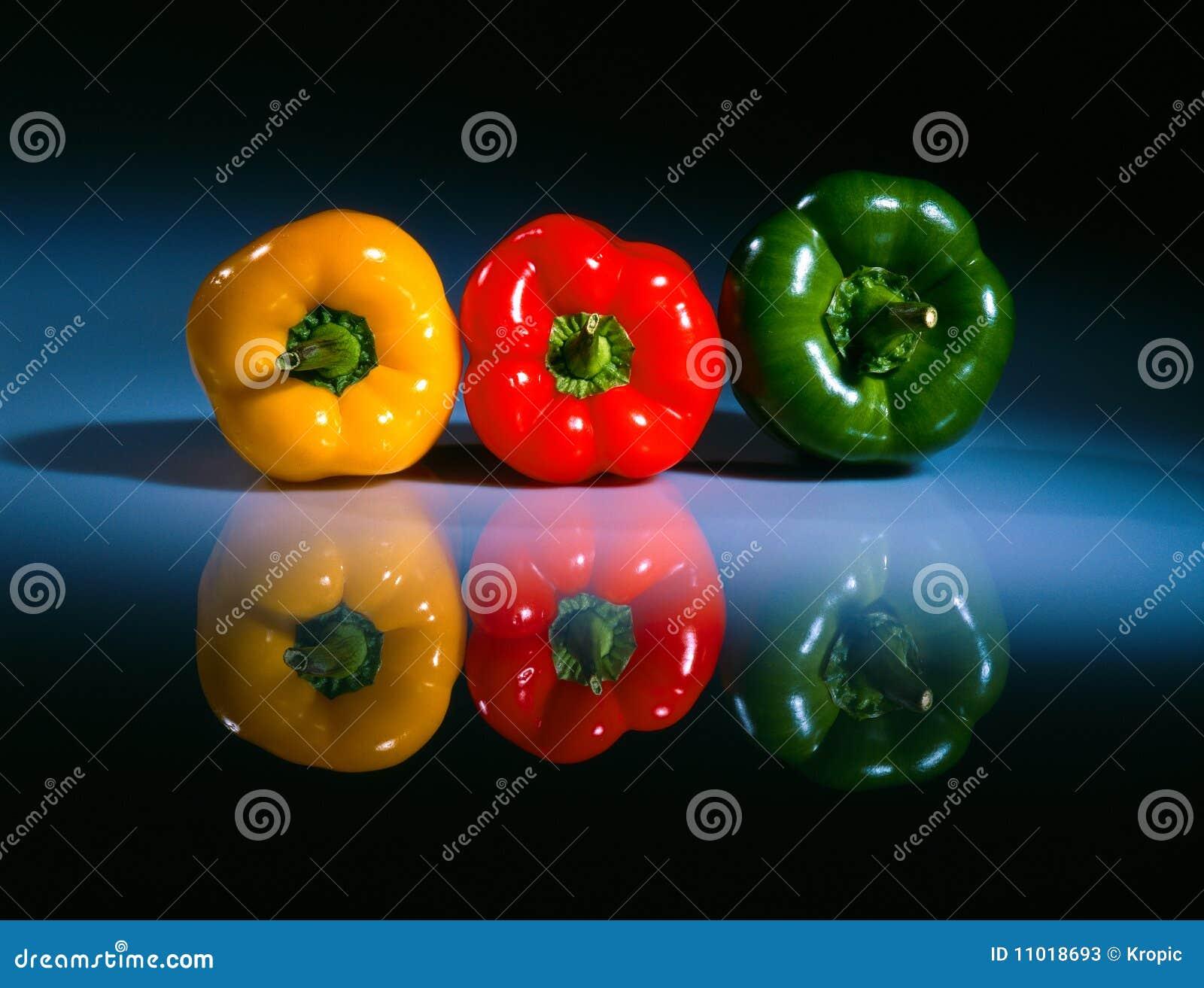 Drei farbige pepers auf einer Tabelle 2