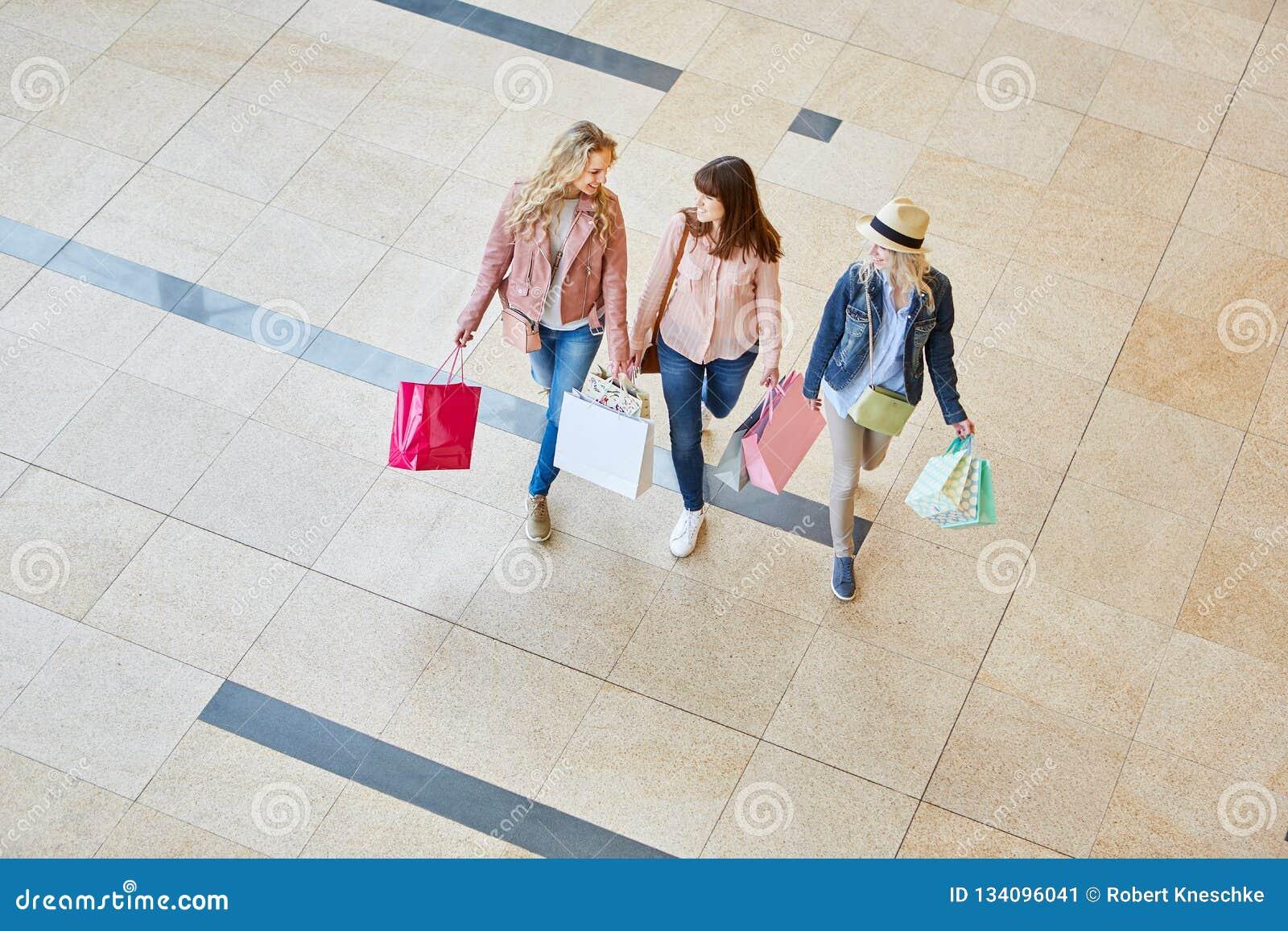 Drei Frauen als Freunde im Einkaufszentrum