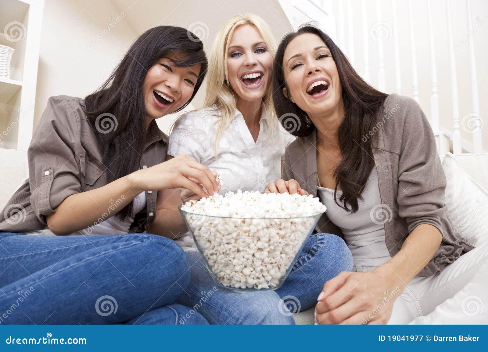 drei-frauen-freunde-die-zu-hause-popcorn