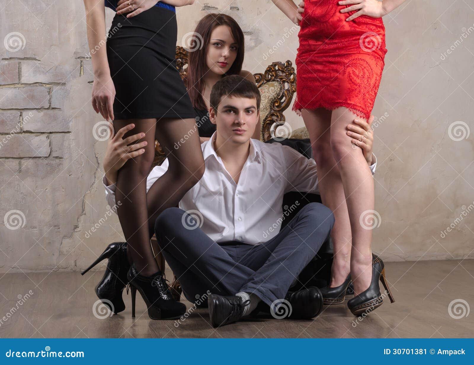 Drei Ladies Und Ein Schwarzer Schwanz