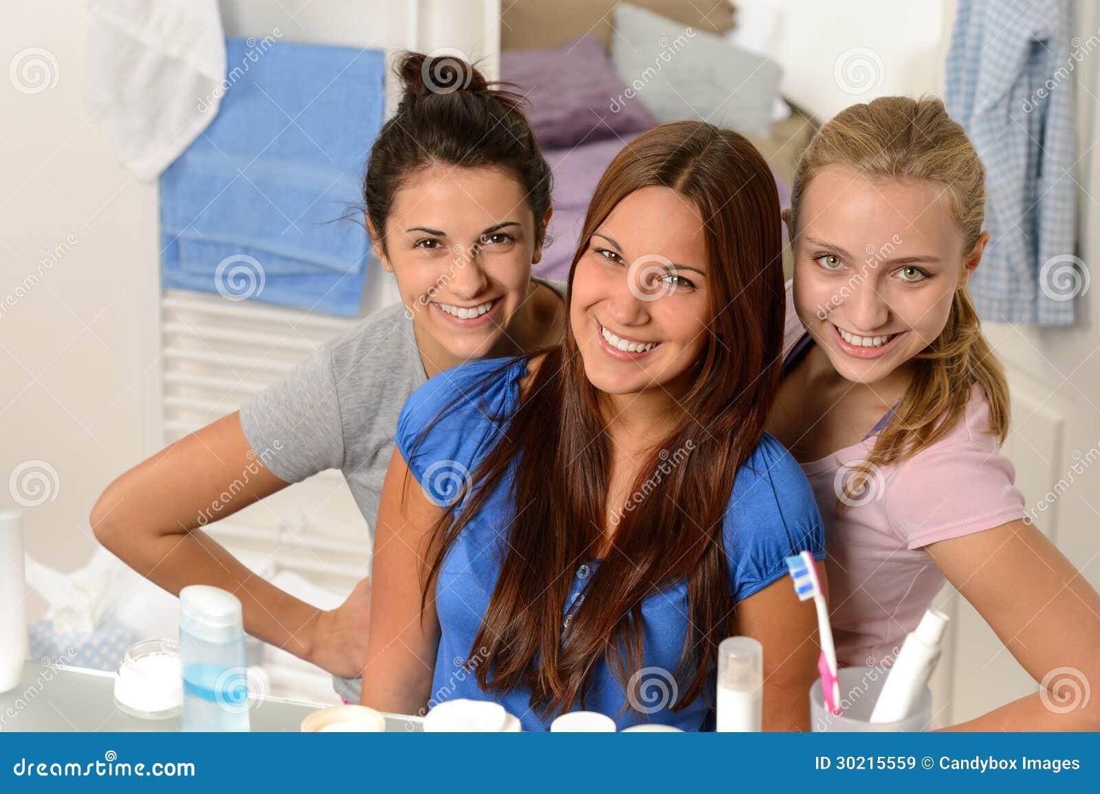 Drei junge Freundinnen, die im Badezimmer aufwerfen