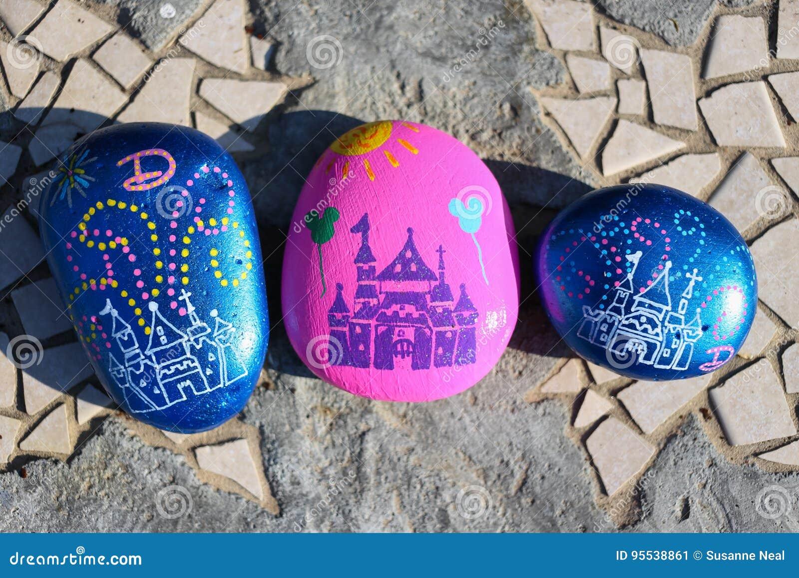Drei gemalte Felsen, die dem Schloss bei Disneyland ähneln