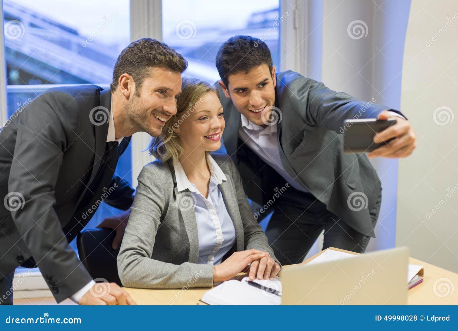 Drei Geschäftsleute, die ein Selfie im Büro machen