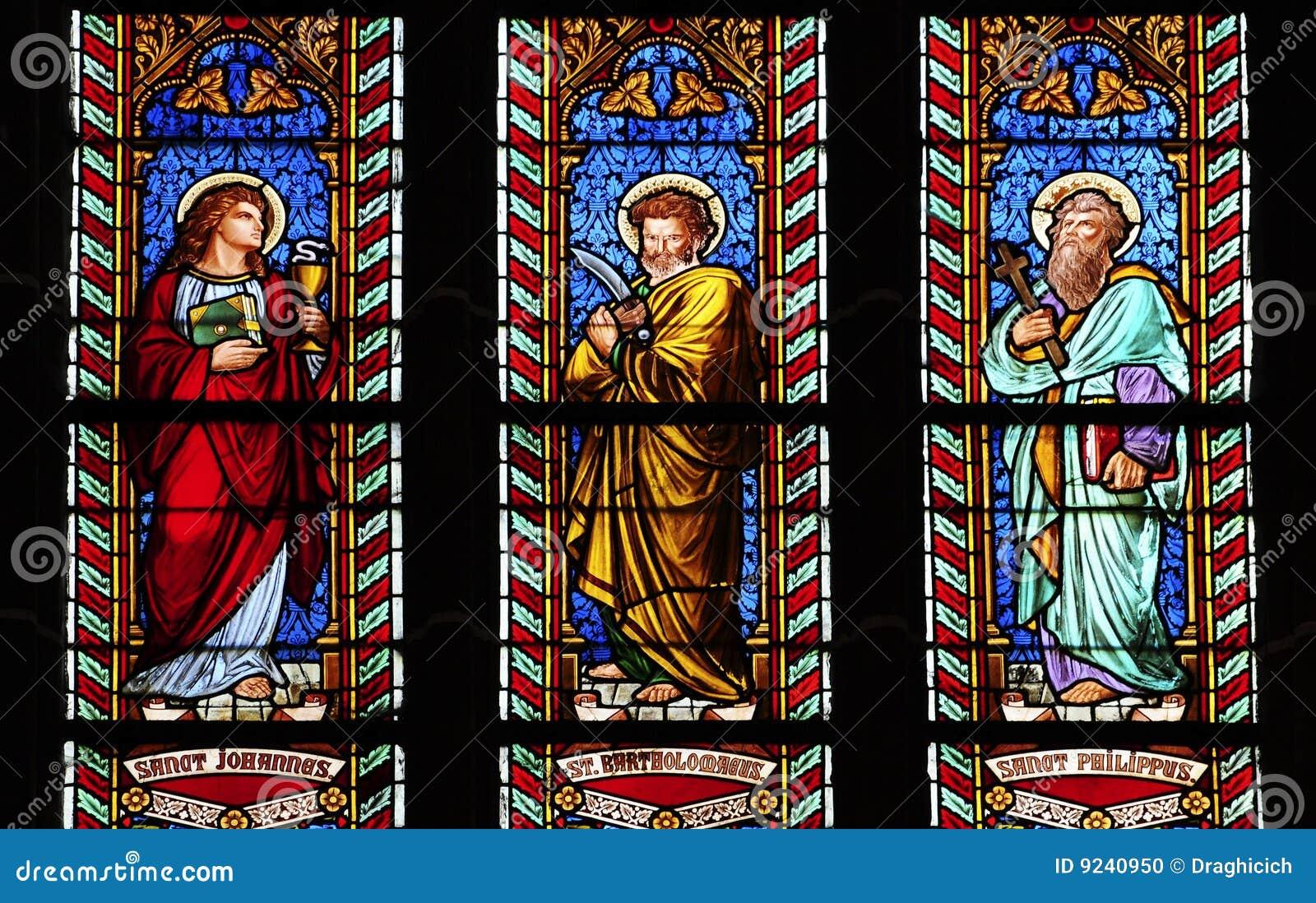 Drei glas befleckte fenster in der kirche mit heiligem johannes