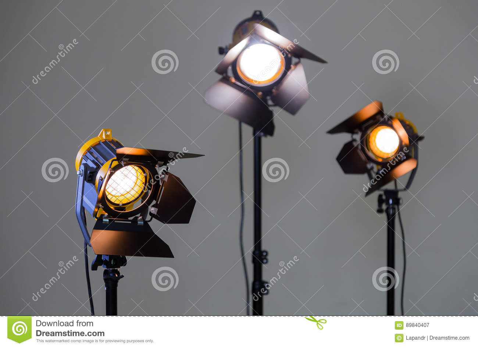 Drei Halogenscheinwerfer mit Fresnellinsen auf einem grauen Hintergrund Fotografieren und Filmen im Innenraum