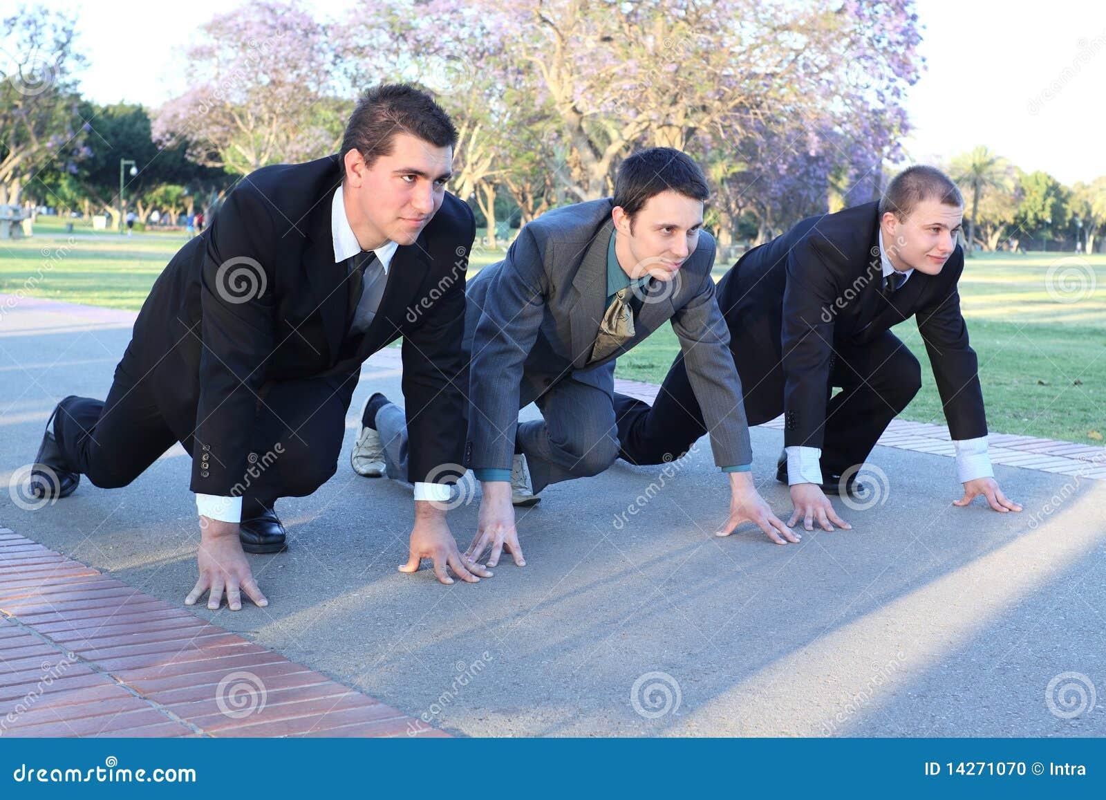 Drei junge Geschäftsmänner auf einem Anfang