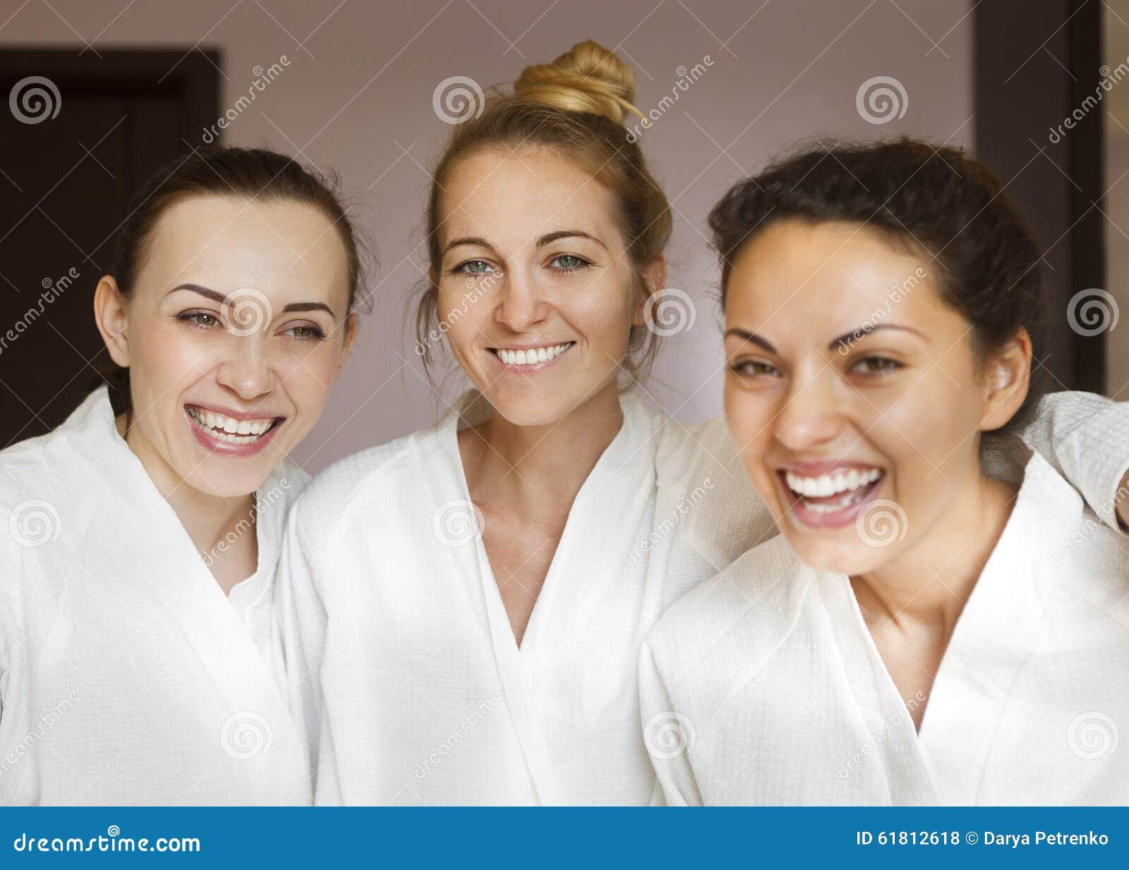 Drei junge glückliche Frauen am Kurort
