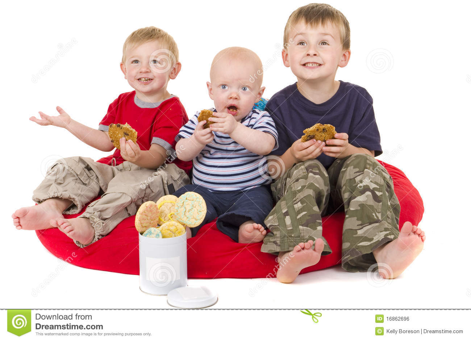 Drei kleine Jungen genießt, Plätzchen zu essen