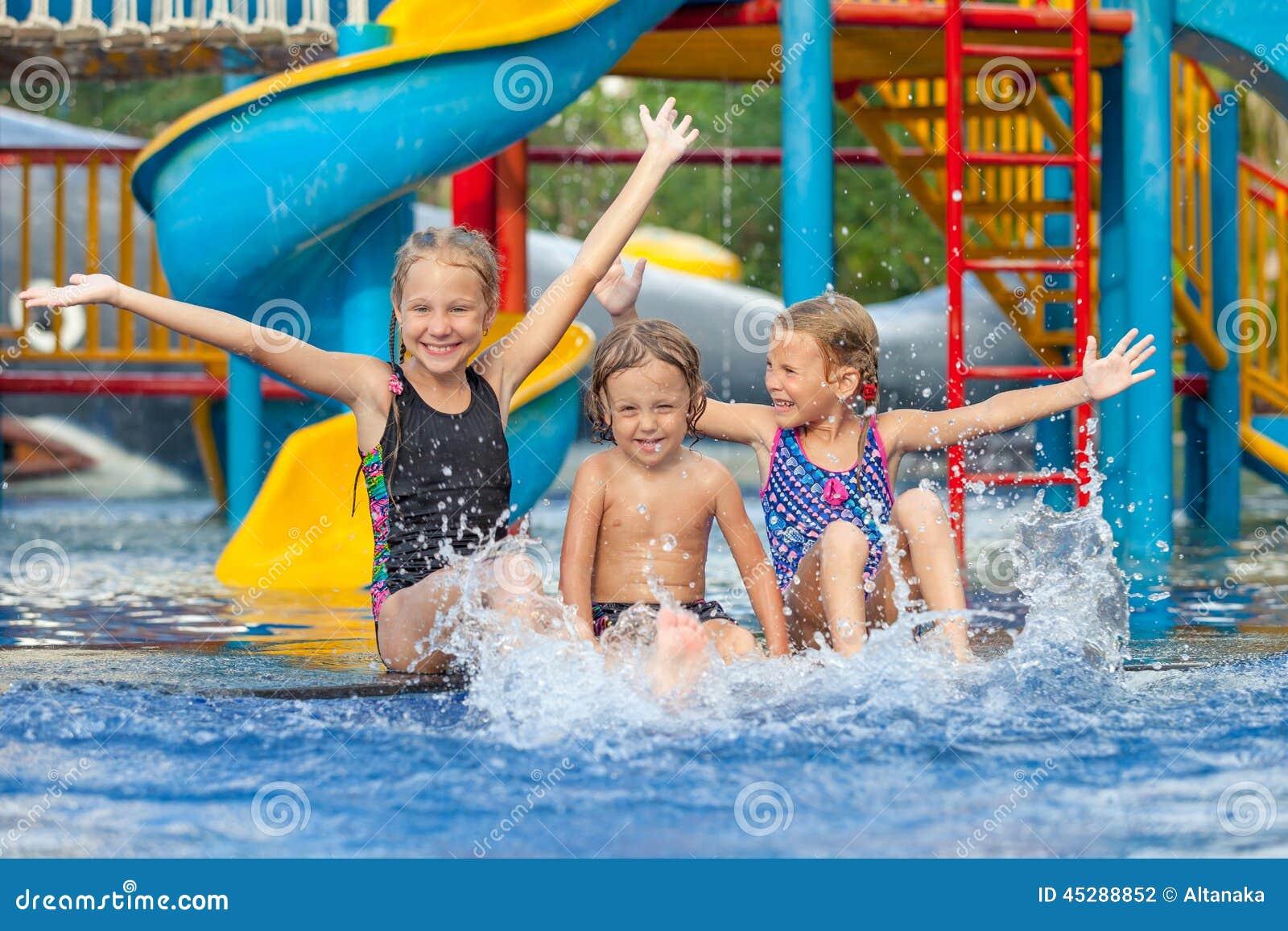 Drei Kleinkinder, Die Im Swimmingpool Spielen Stockfoto ...