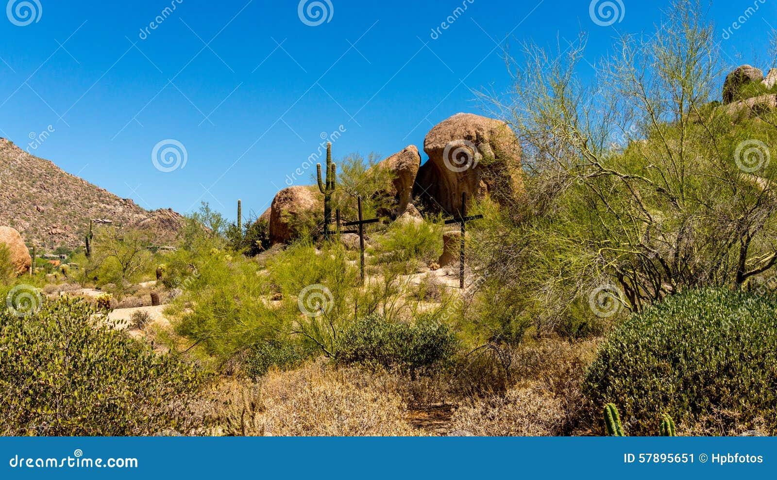 Drei Kreuze auf einem Abhang in der Wüste