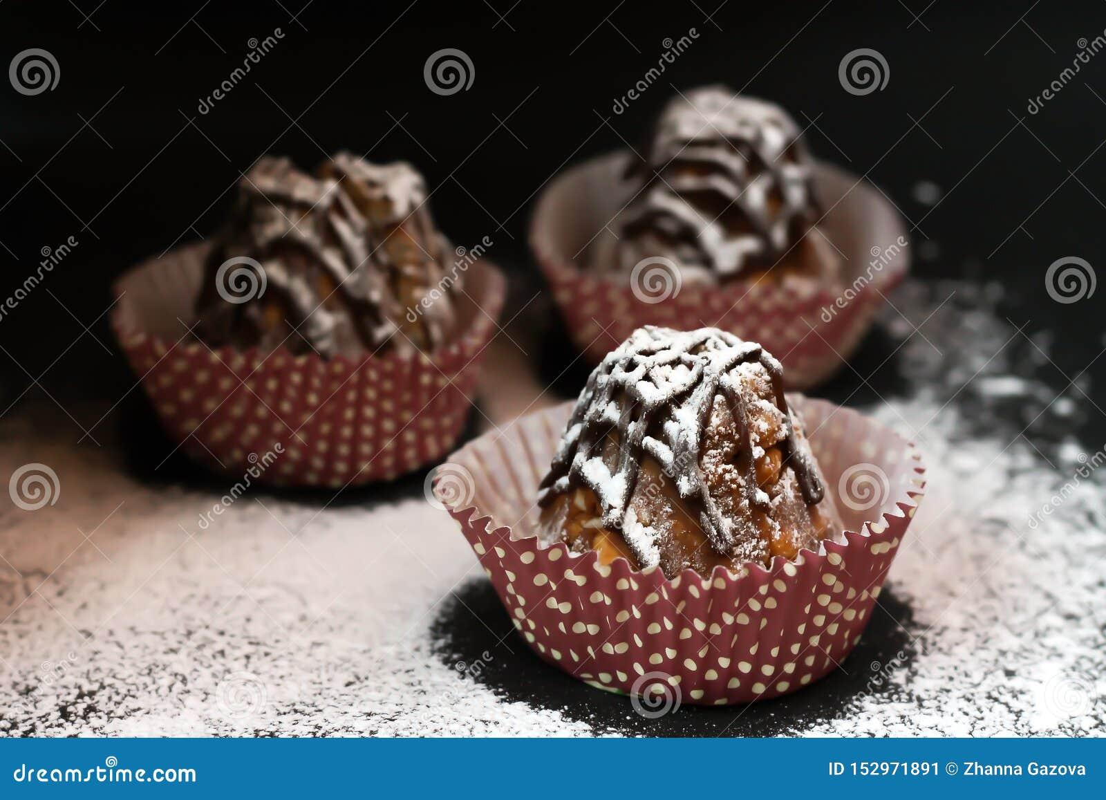 Drei Kuchen im Puderzucker