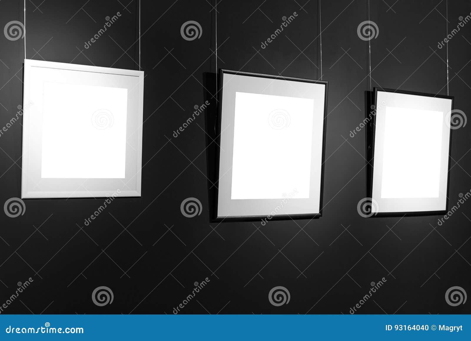Drei Leere Rahmen Auf Schwarzer Wand Leerstelleposter Oder Kunstrahmen, Der  Wartet Gefüllt Zu Werden Quadratisches Schwarzweiss Rahmen Modell