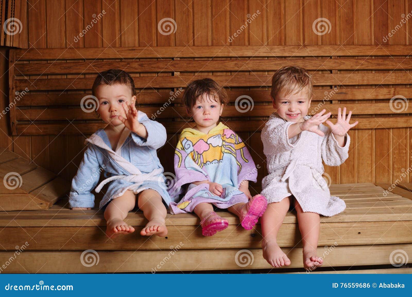 Drei Lustige Kinder In Der Sauna Stockfoto Bild Von Finger Hand