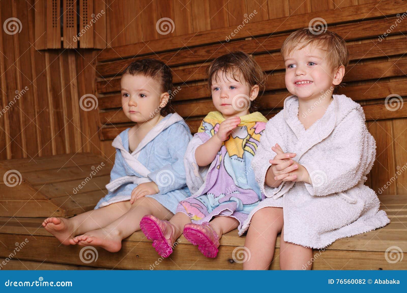 Drei Lustige Kinder In Der Sauna Stockfoto Bild Von Schatzchen