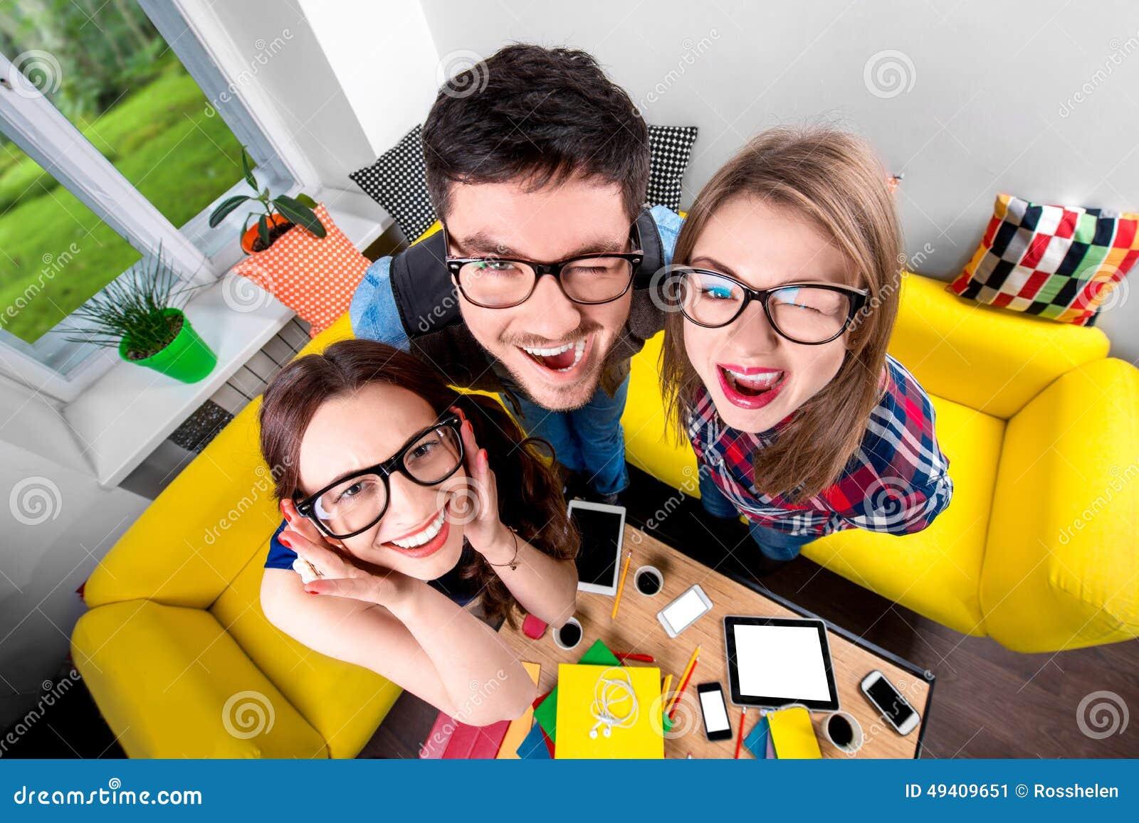 Download Drei Lustige Sonderlinge Zusammen Stockbild - Bild von schrei, lustig: 49409651