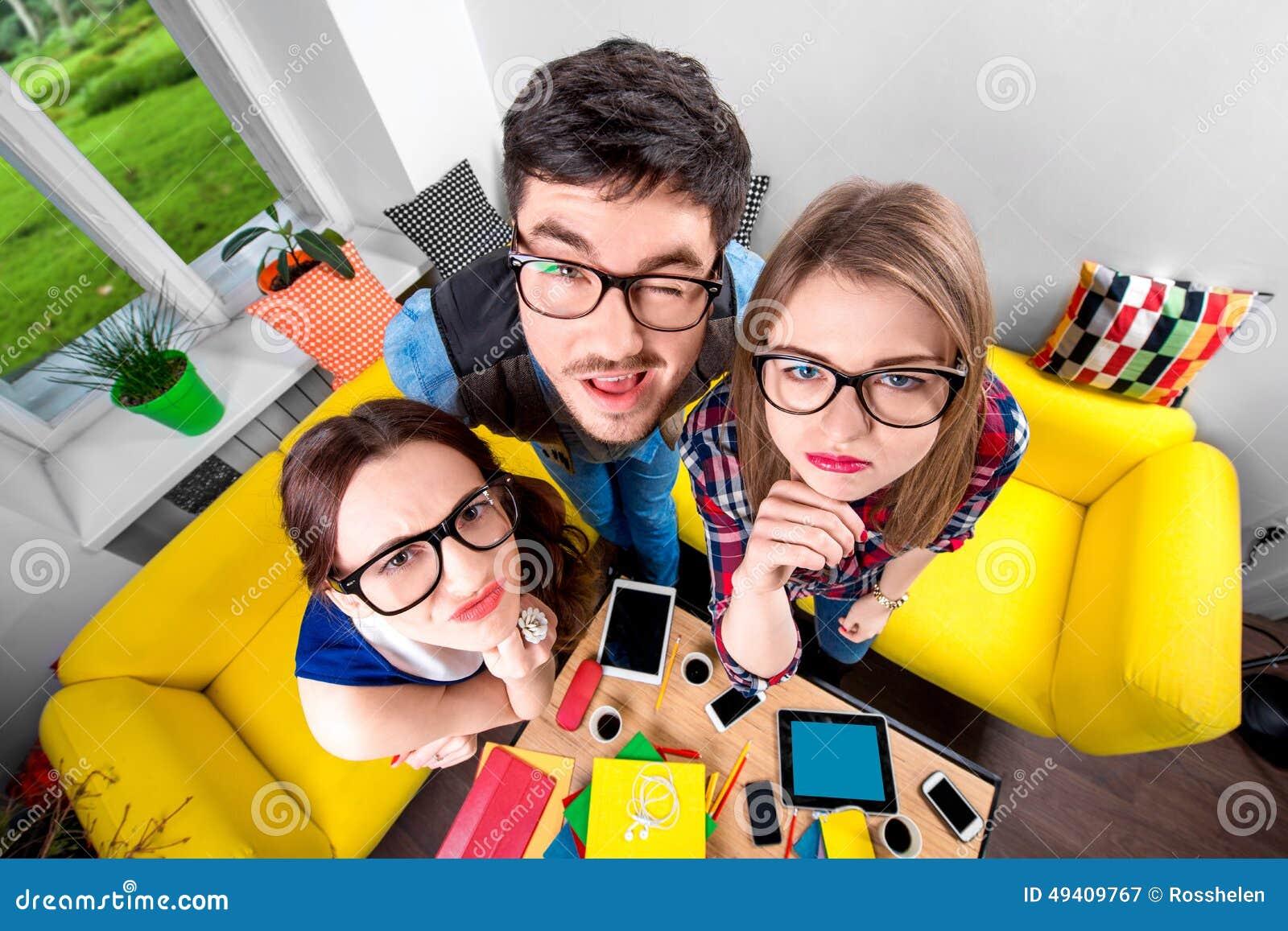 Download Drei Lustige Sonderlinge Zusammen Stockbild - Bild von bücher, hochschule: 49409767