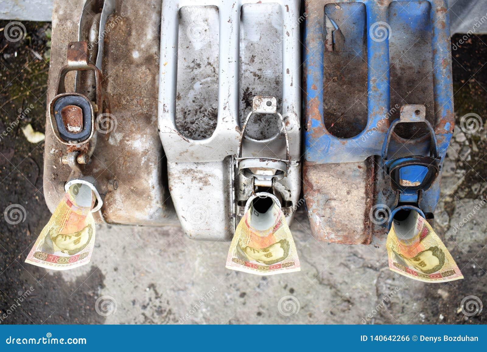 Drei Metallfässer und ukrainisches Geld, das Konzept der Kosten des Benzins, Diesel, Gas Brennstoffaufnahmemaschinen Banknote 100