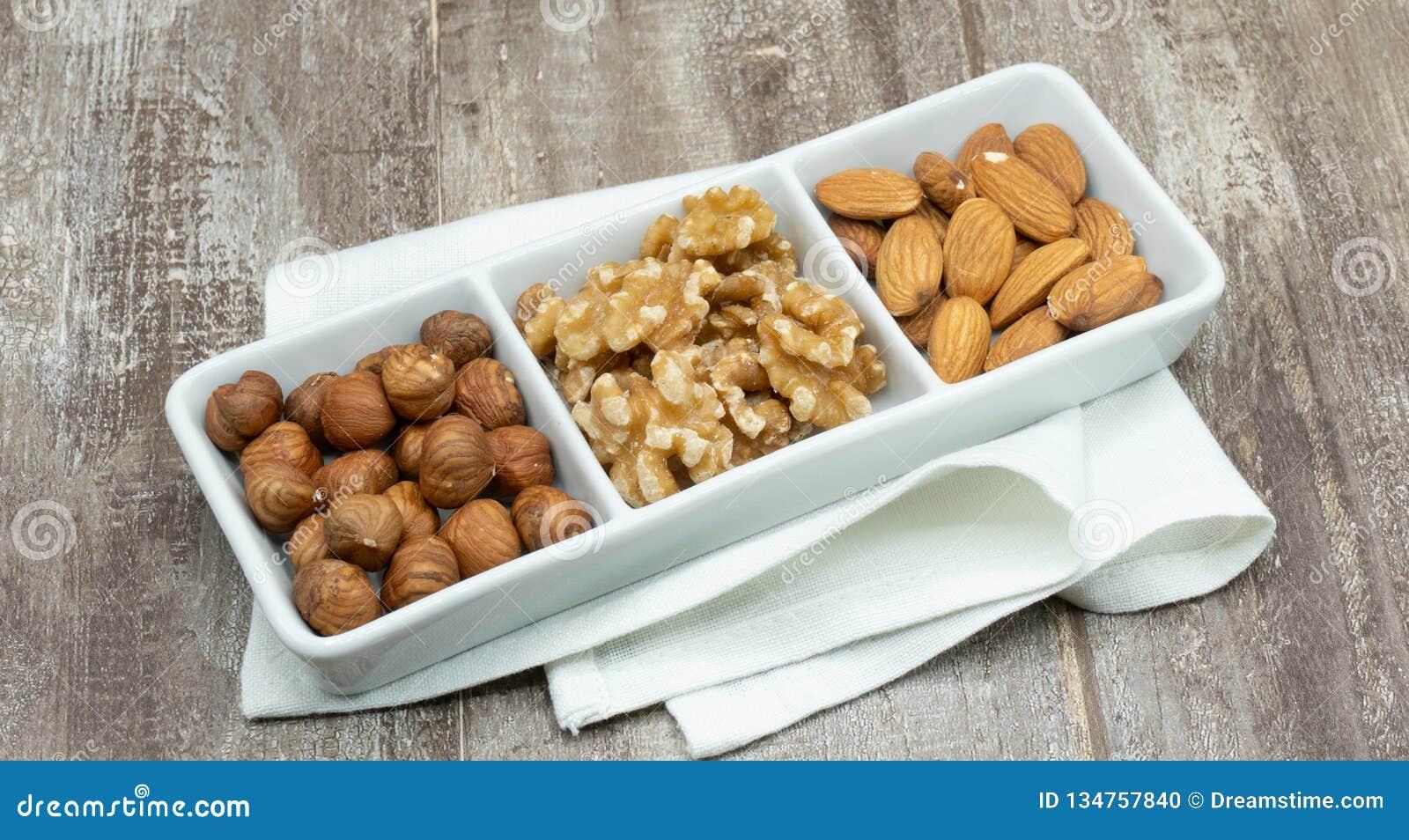 Drei Nüsse, Haselnuss, Mandel und Walnuss