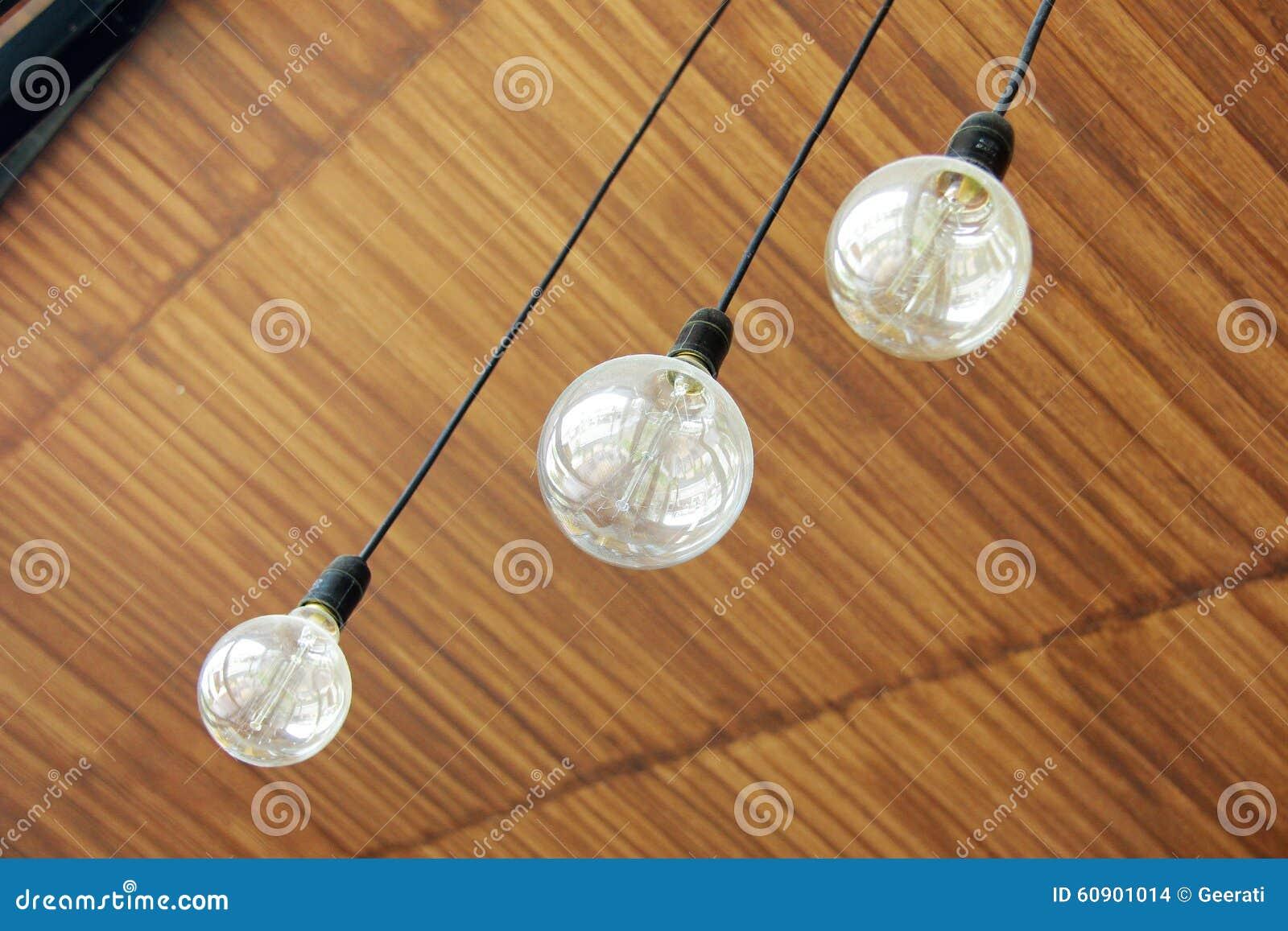 Drei retro lampen die von der decke hängen stockfoto