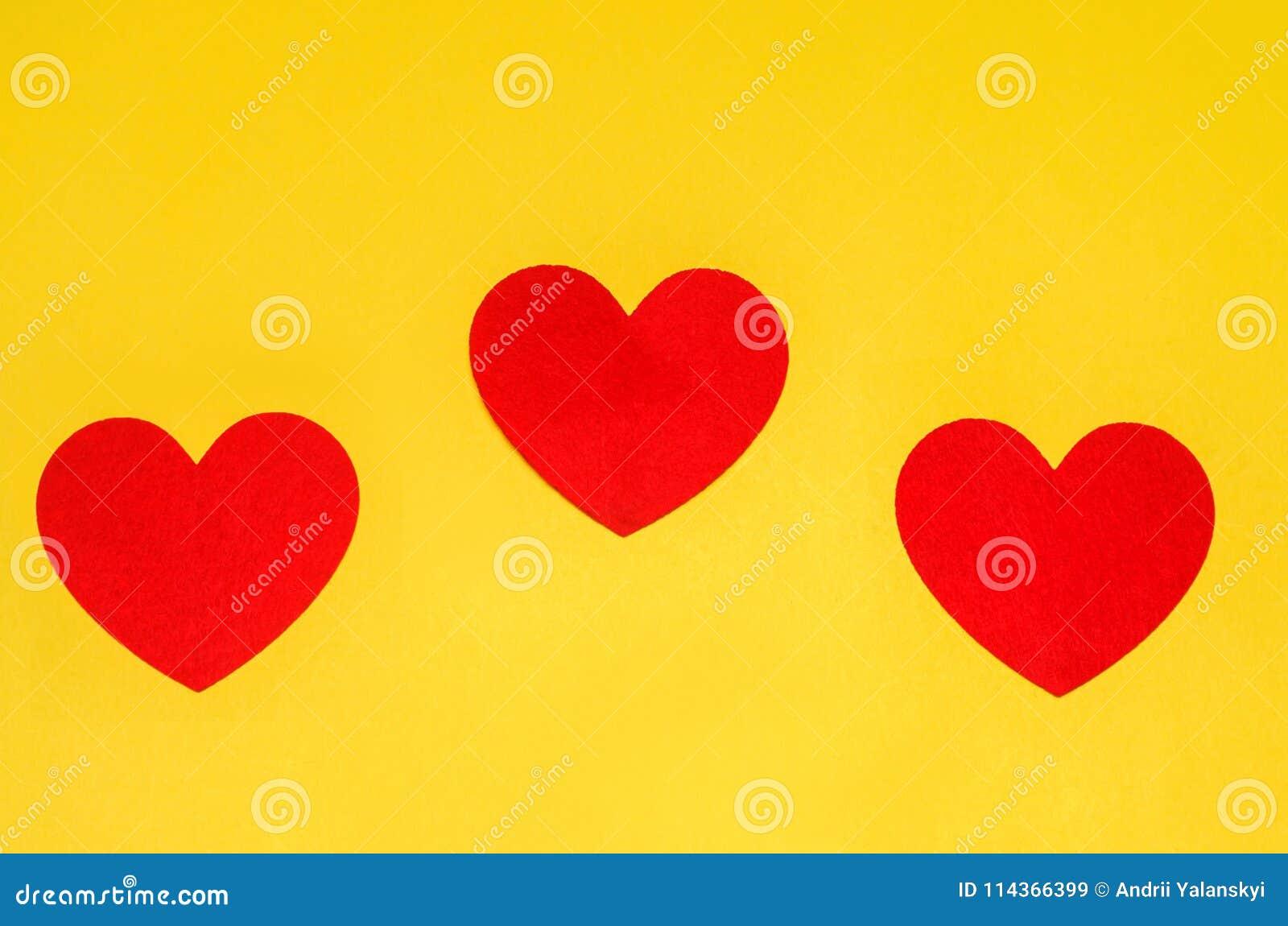 Drei Rote Herzen Auf Einem Gelben Hintergrund, Das Konzept Der Liebe ...