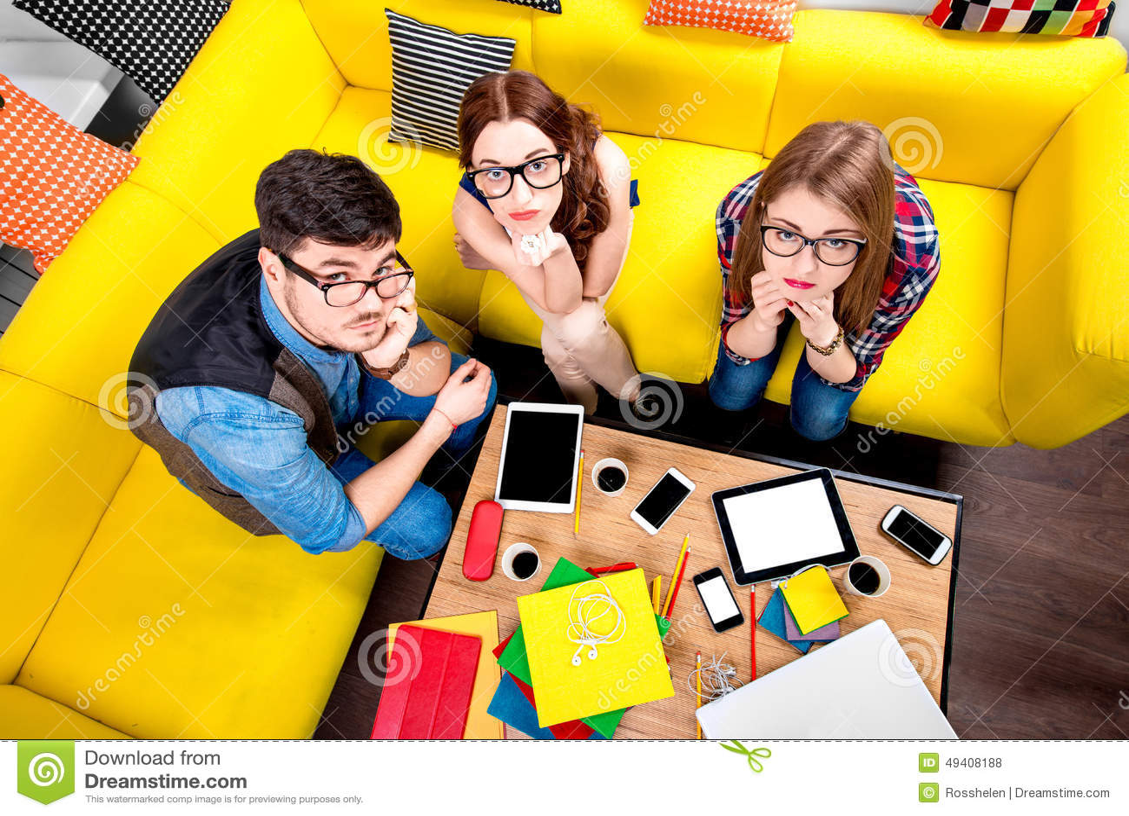 Download Drei Sonderlinge Auf Der Couch Stockfoto - Bild von kissen, person: 49408188