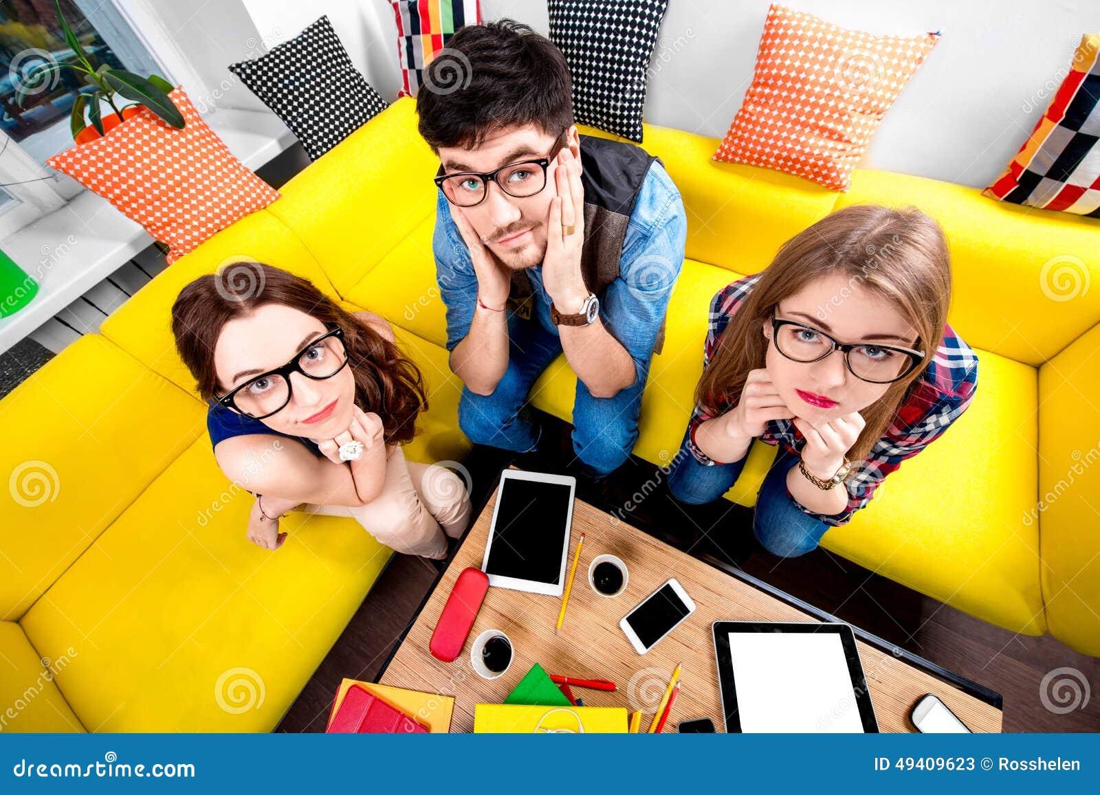 Download Drei Sonderlinge Auf Der Couch Stockbild - Bild von erschöpft, ausbildung: 49409623