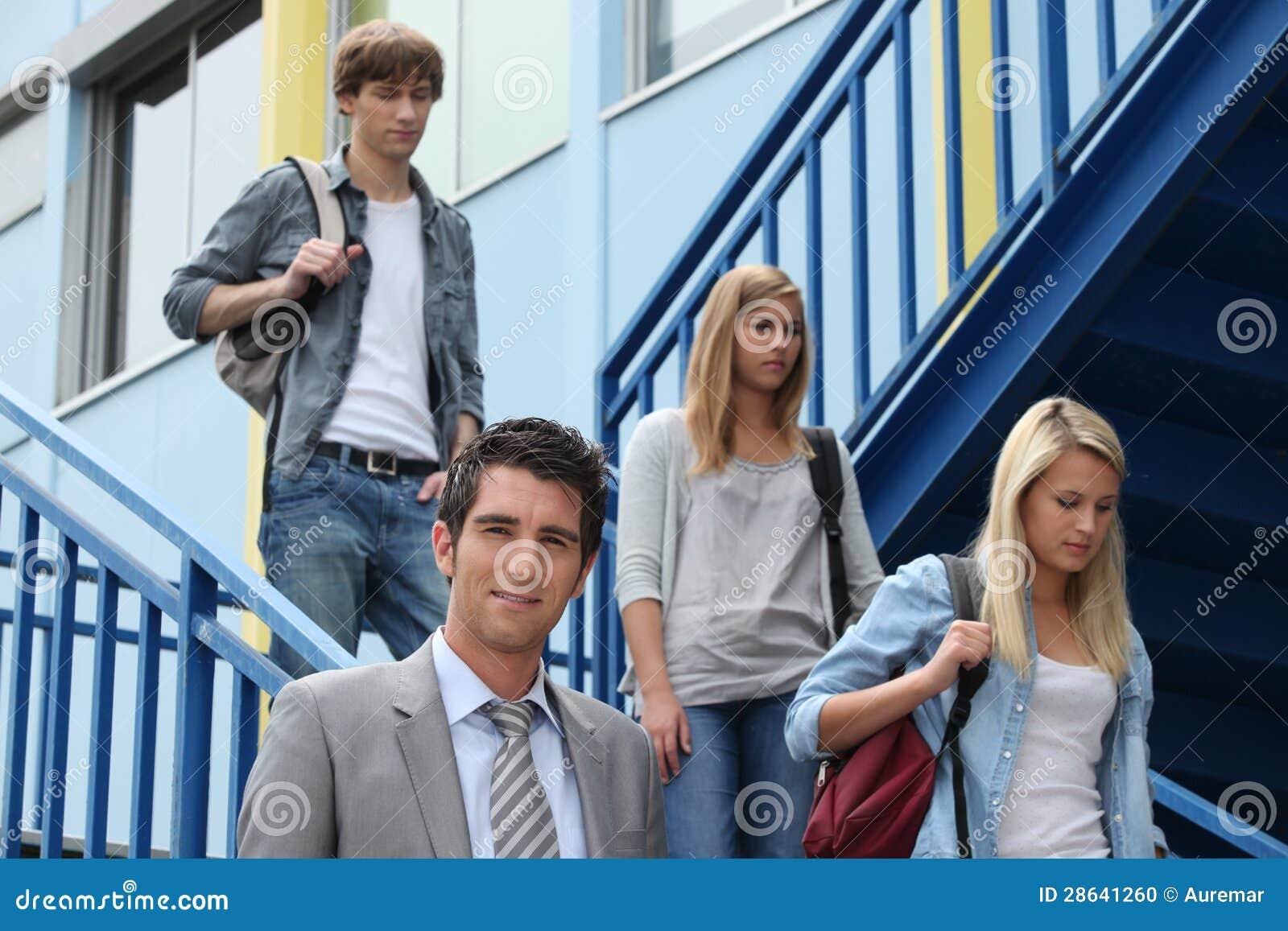 Drei Studenten, die hinunter Treppen gehen