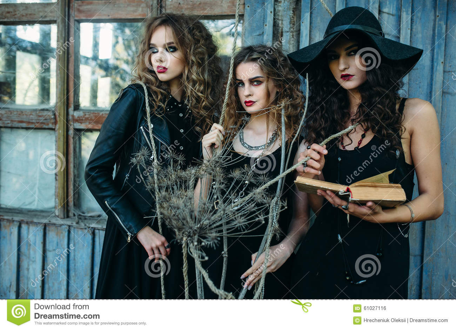 Drei Weinlesefrauen als Hexen