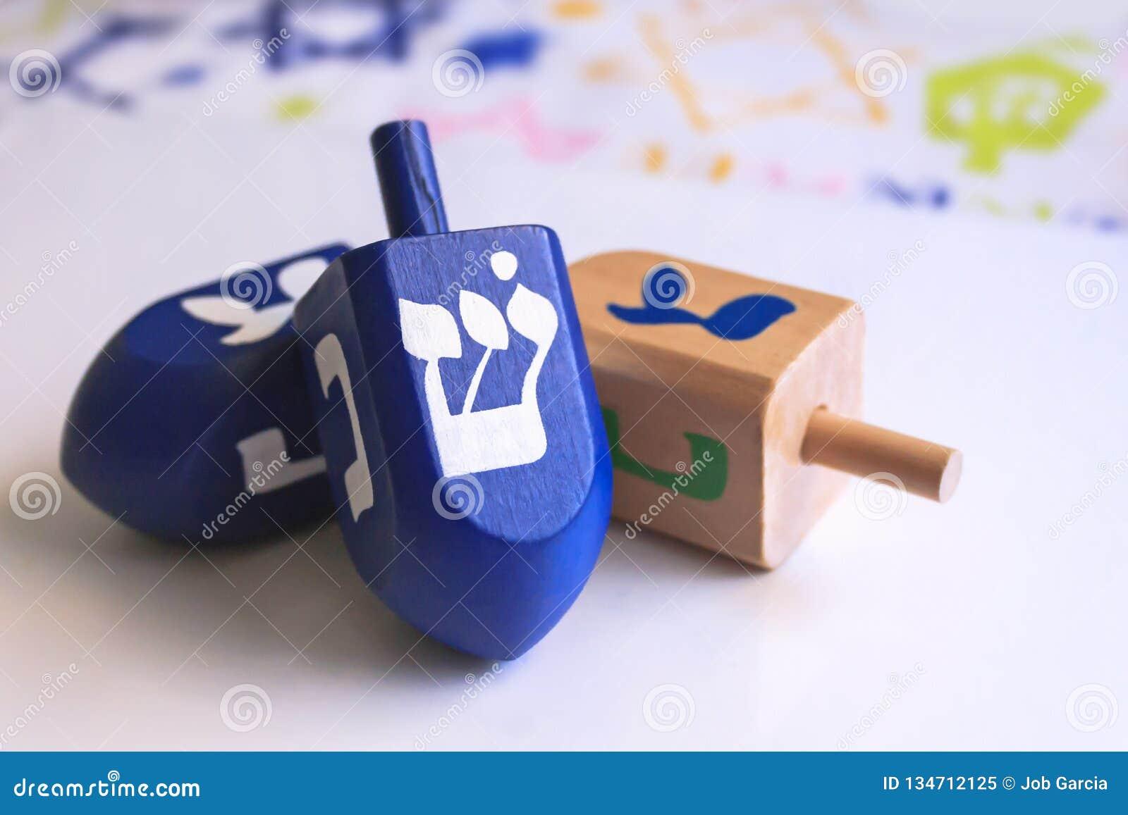 Dreidels azules de Jánuca con el fondo colorido