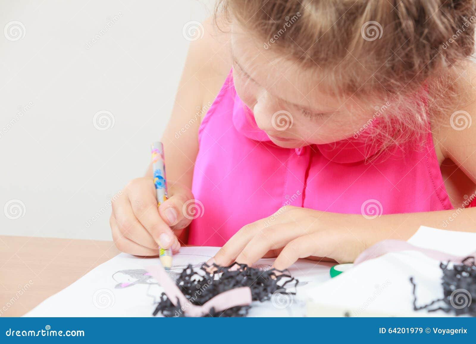 Drenaje de la niña en la sala de clase