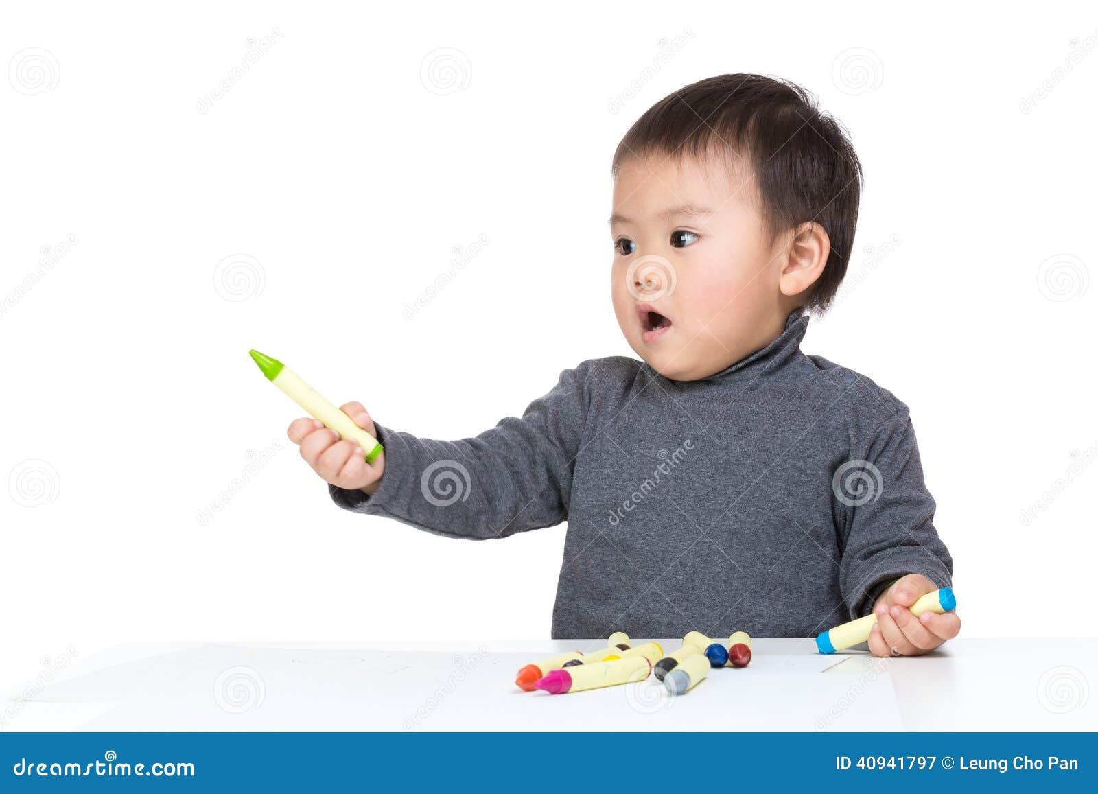 Drenaje lindo del niño con el creyón del color