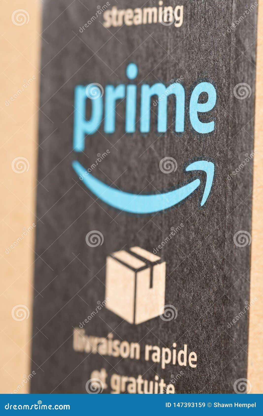 DRESDEN, ALEMANIA - 3 DE ABRIL DE 2019: Pila de paquetes del Amazon Prime sobre el fondo blanco