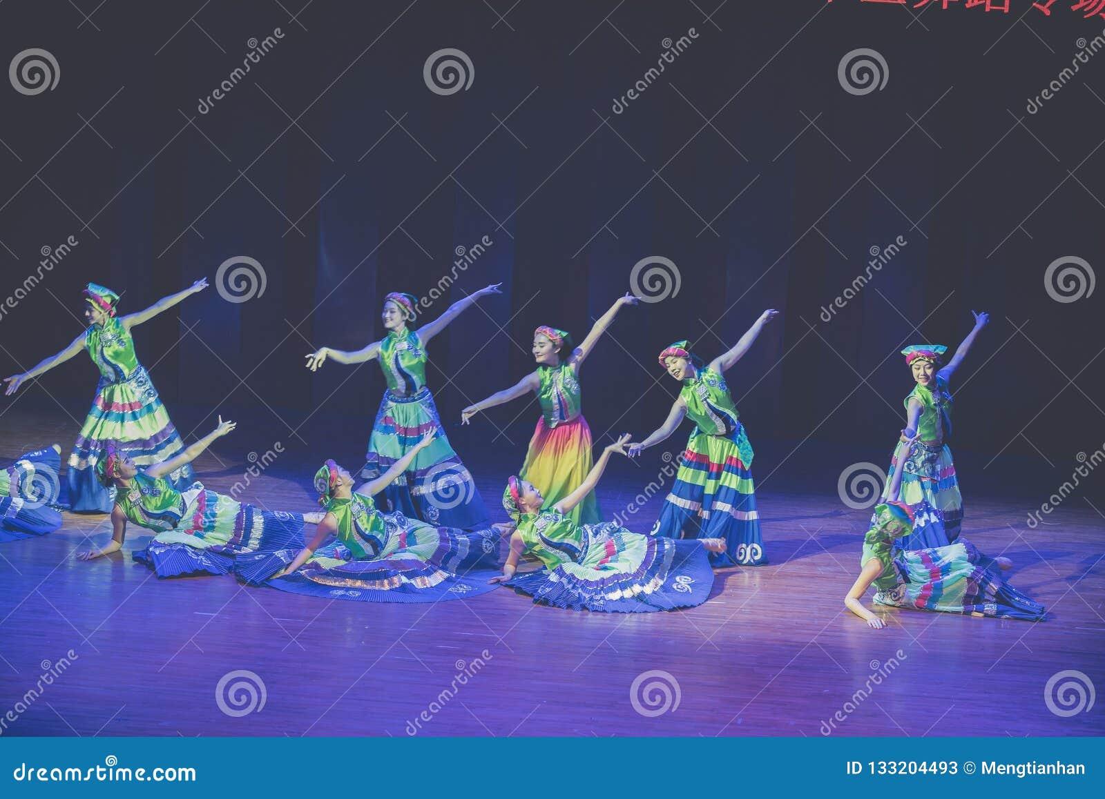 Dressuur 2 de volksdans van Axi sprong-Yi van het dansdrama