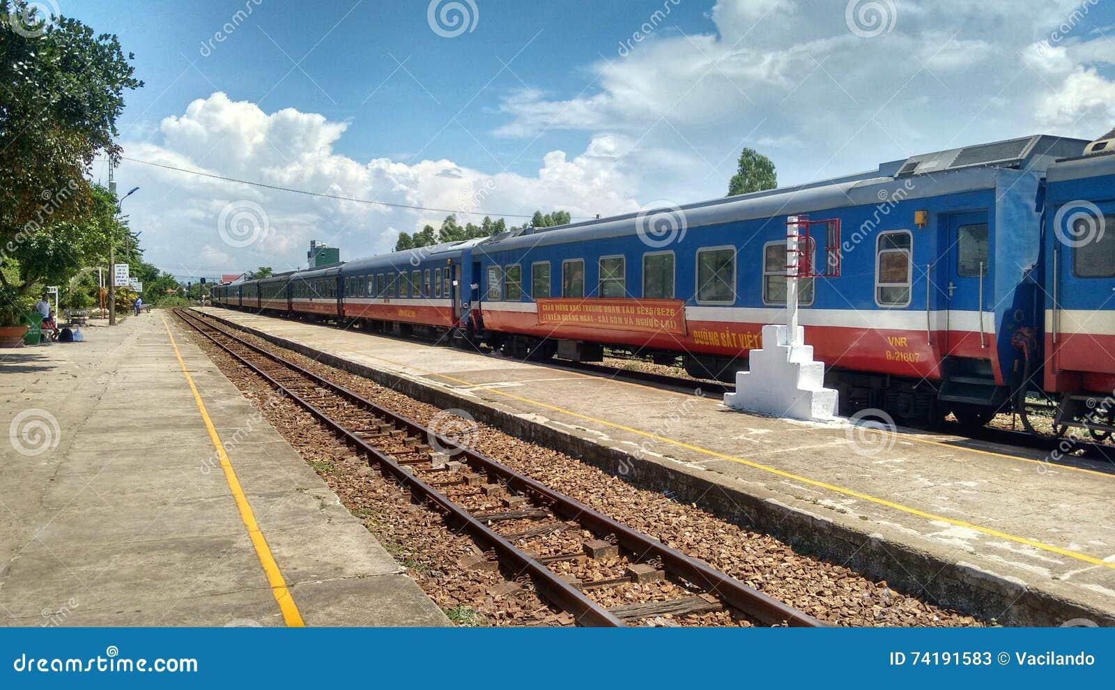 Drev av ɾn; Statlig järnväg av Vietnam' parkerat på spår på drevstationen
