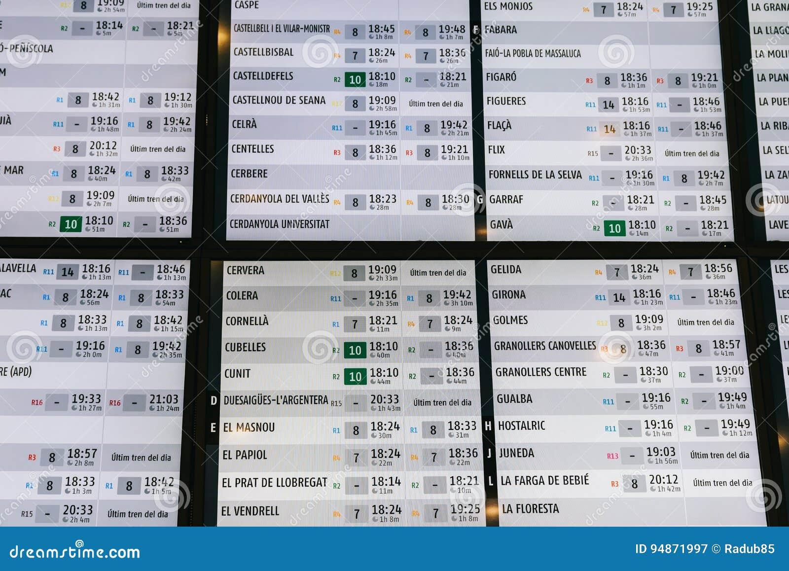 Drevavvikelse och informationsbräde om ankomster i den Barcelona stationen