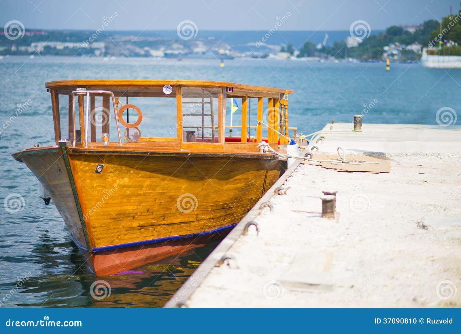 Download Drewniana łódkowata Kuszetka Zdjęcie Stock - Obraz złożonej z plaża, błękitny: 37090810