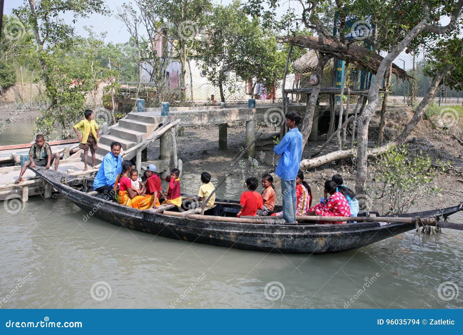 Drewniana łódź krzyżuje Ganges rzekę w Gosaba, Zachodni Bengalia, India