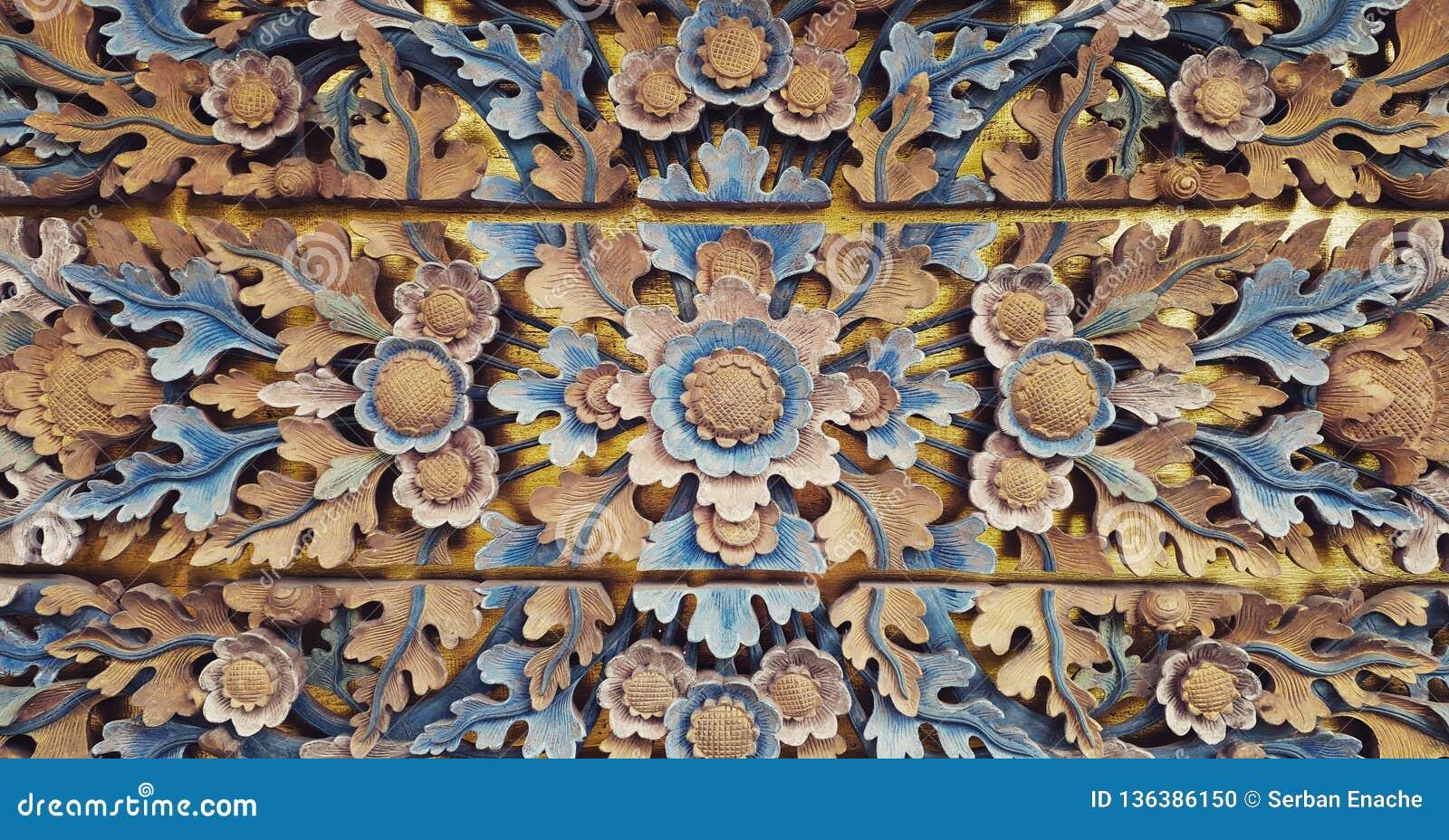 Drewniana dekoracja rzeźbiąca