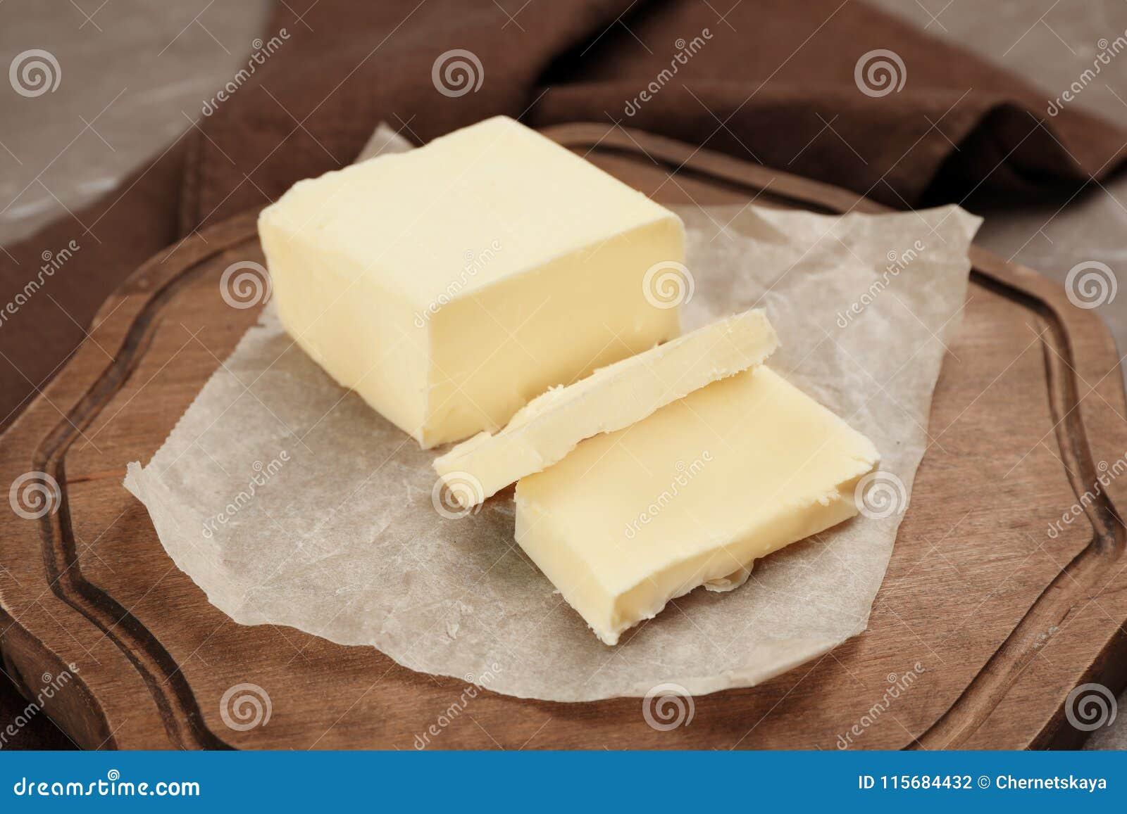Drewniana deska z smakowitym świeżym masłem