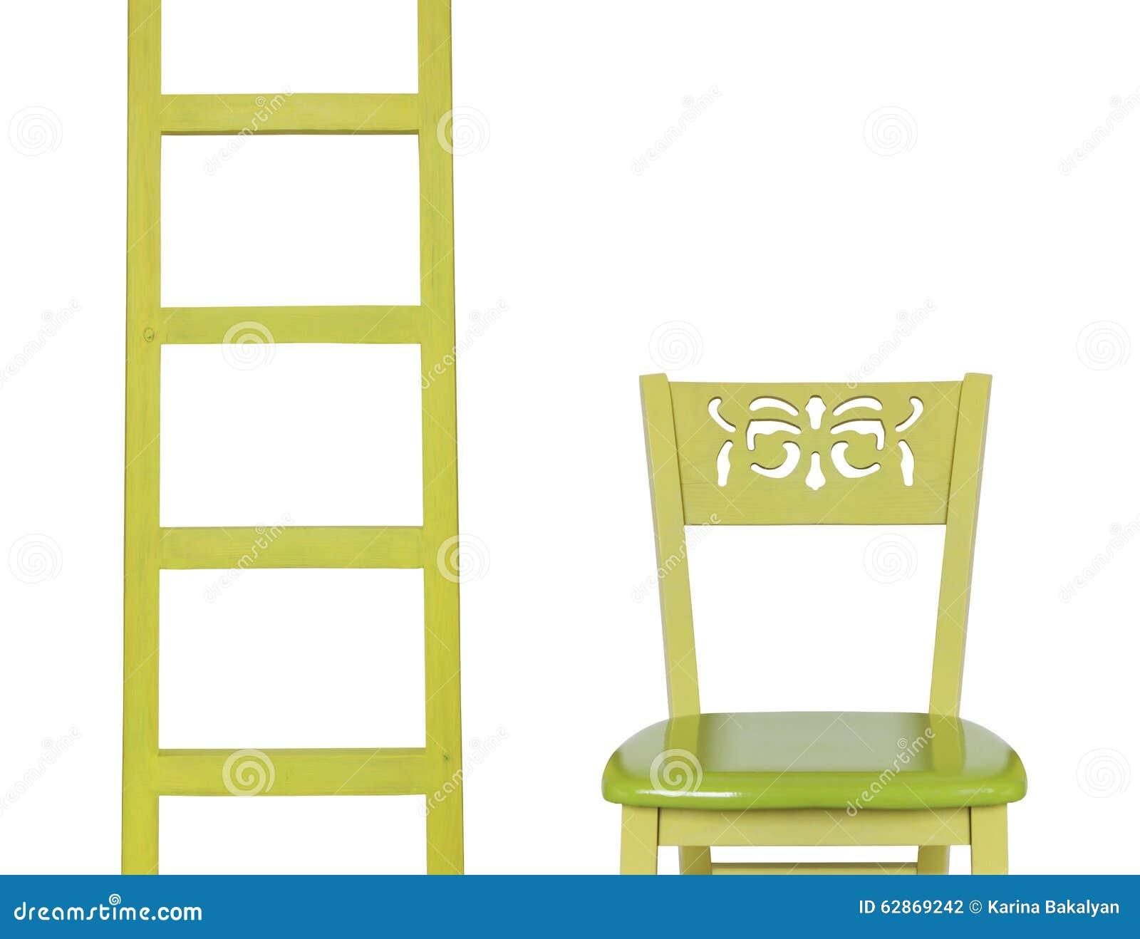 Drewniana drabina i drewniany krzesło odizolowywający na białym tle
