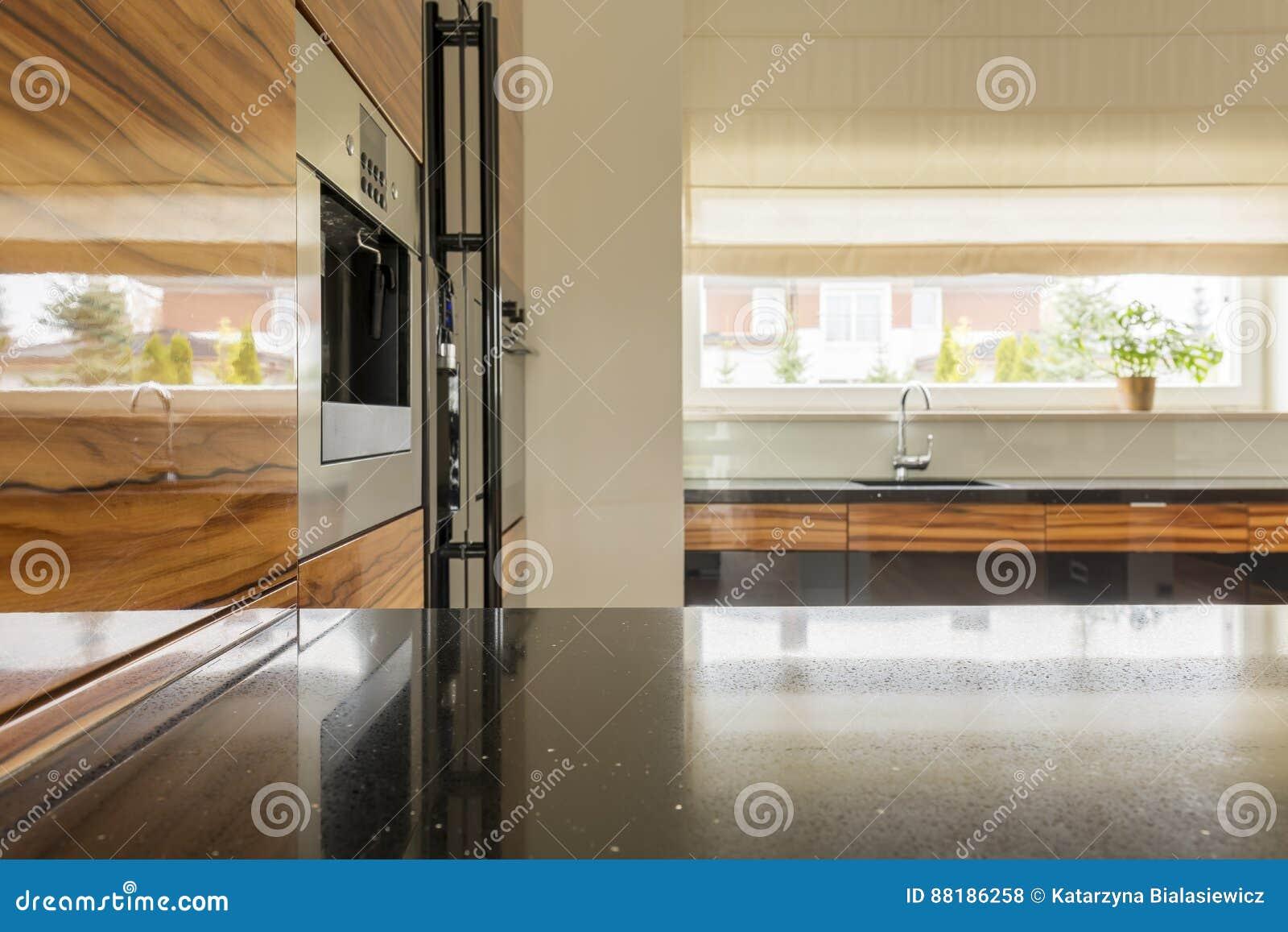 Drewniana I Czarna Kuchnia Zdjęcie Stock Obraz Złożonej Z