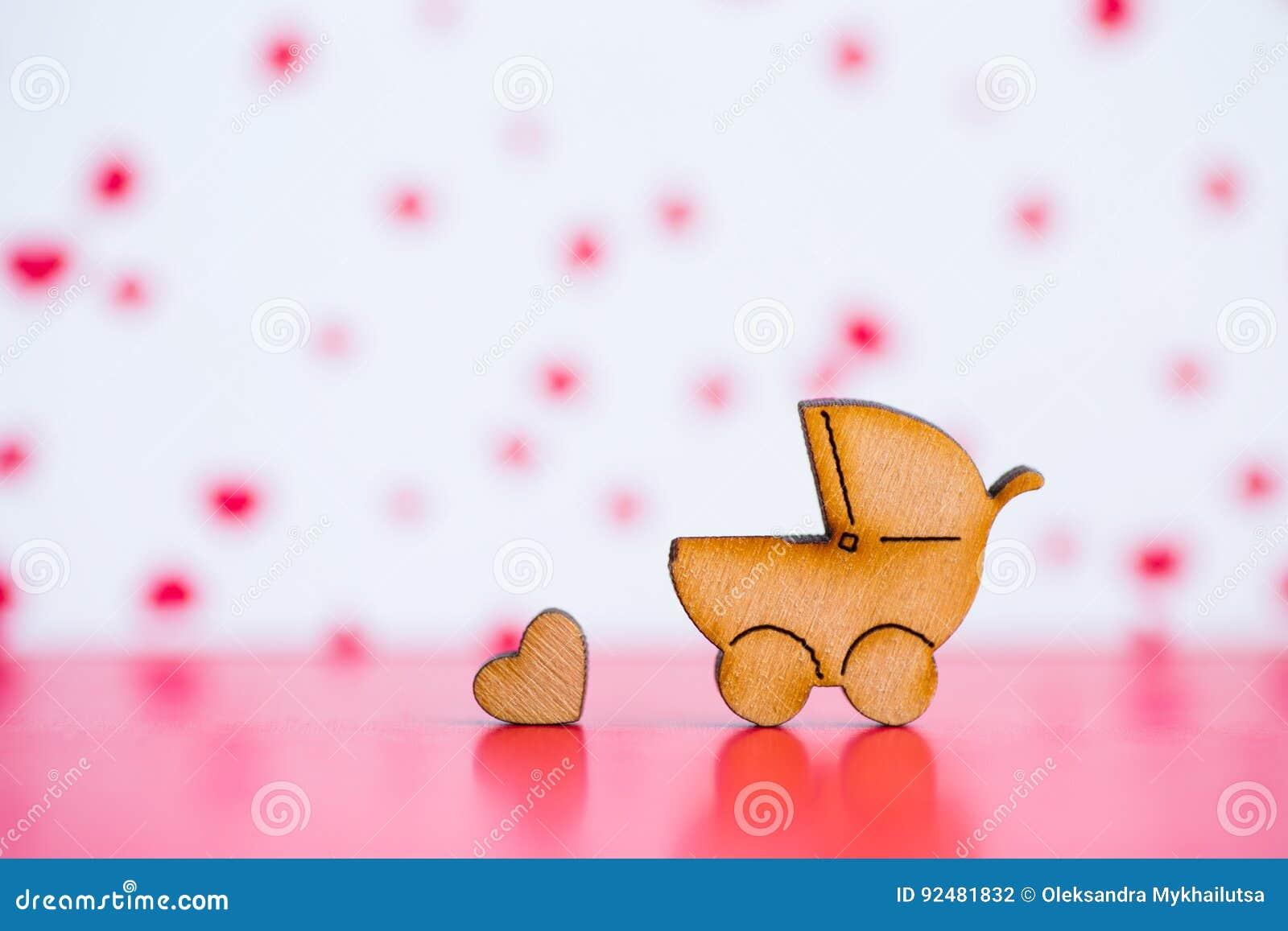 Drewniana ikona dziecko powozik i mały serce na bac różowym i białym