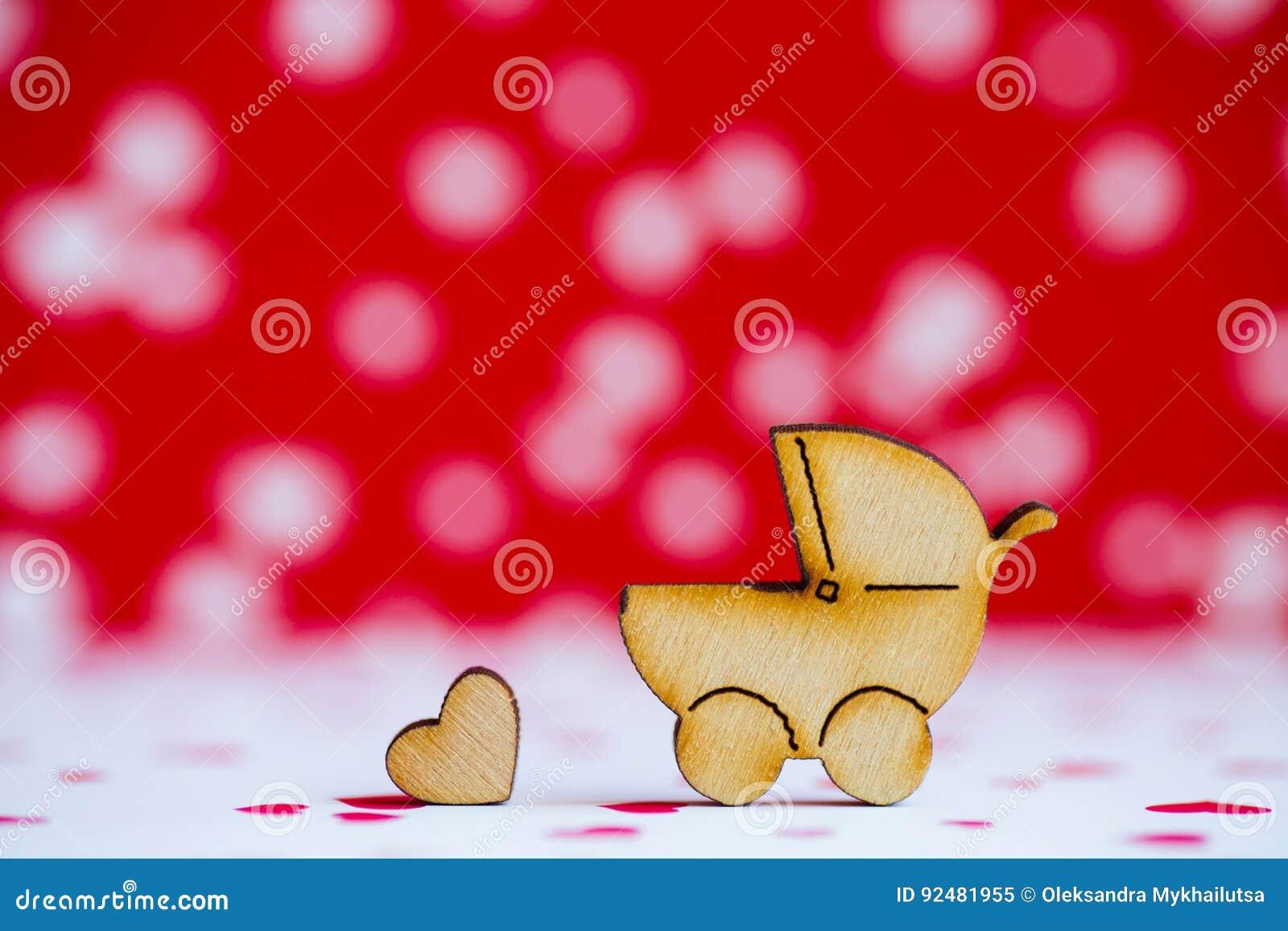 Drewniana ikona dziecko powozik i mały serce na plecy czerwonym i białym